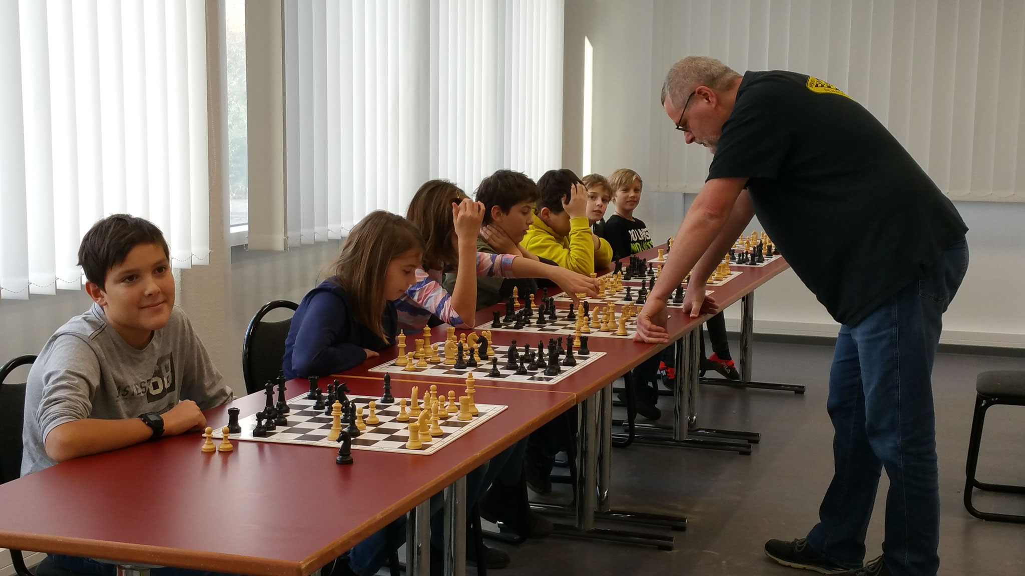 Sascha Sarre spielt Simultan gegen 7 Kinder