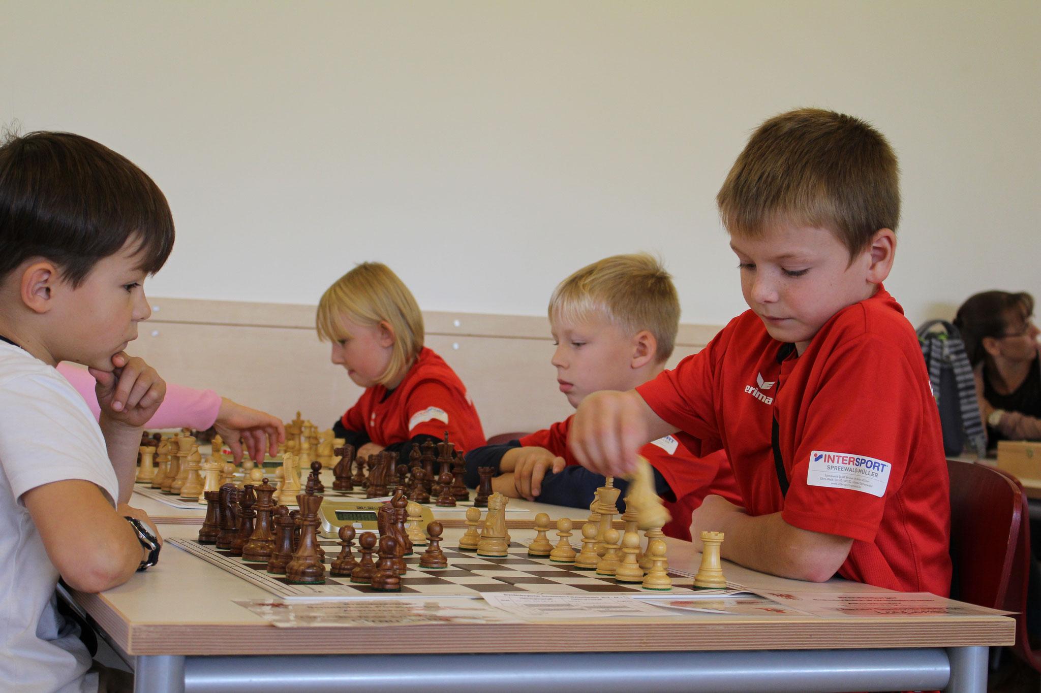 AK 1 : Das Team der Werner-Seelenbinder-GS mit Adam (Brett 1) , William (Brett 2) und Alexa (Brett 3) mitten im Match