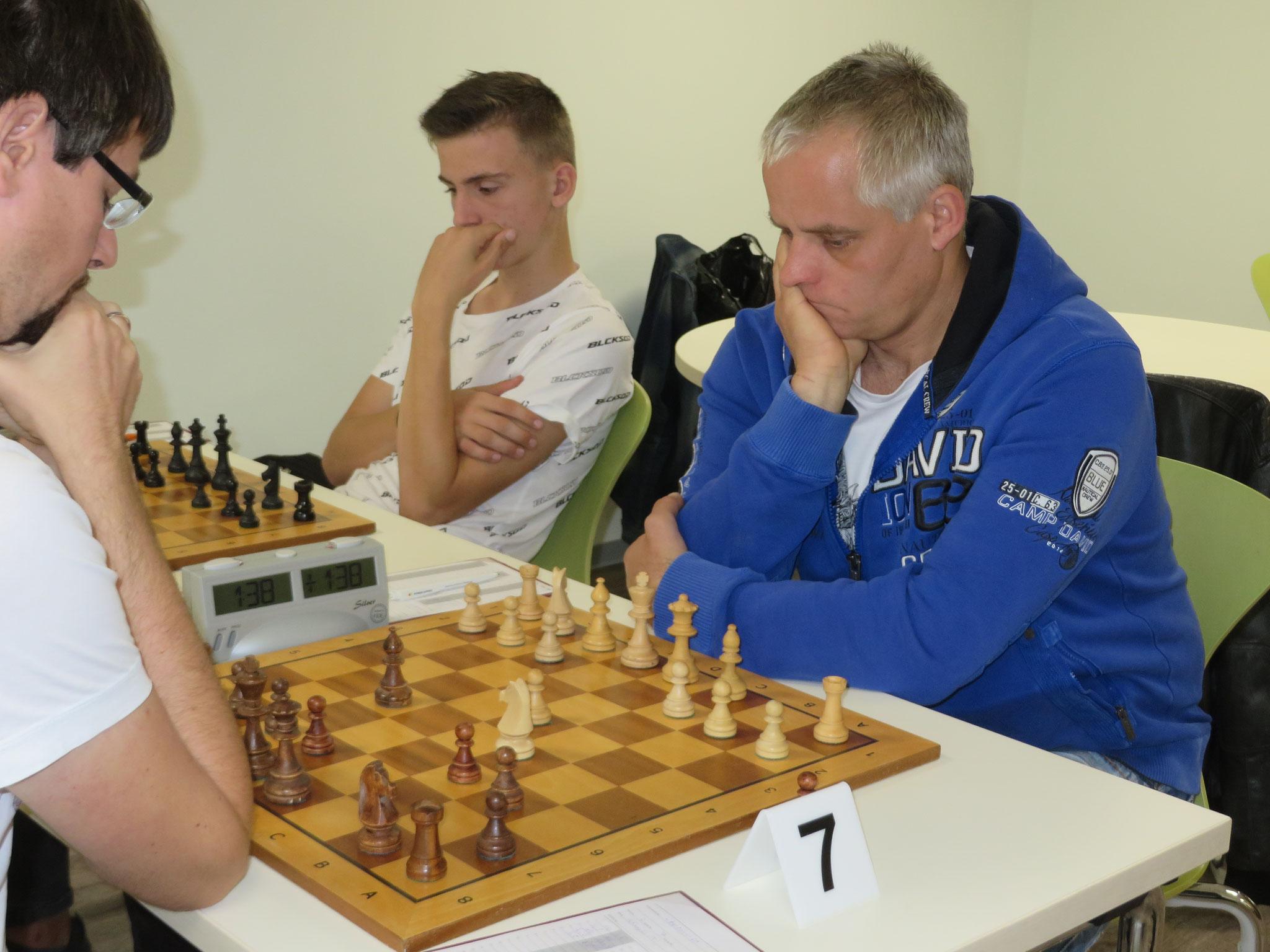Das Match an Brett 7 und 8 (unser Steffen Schinagl vorne rechts und unser Maximilian Springer hinten rechts im Bild)