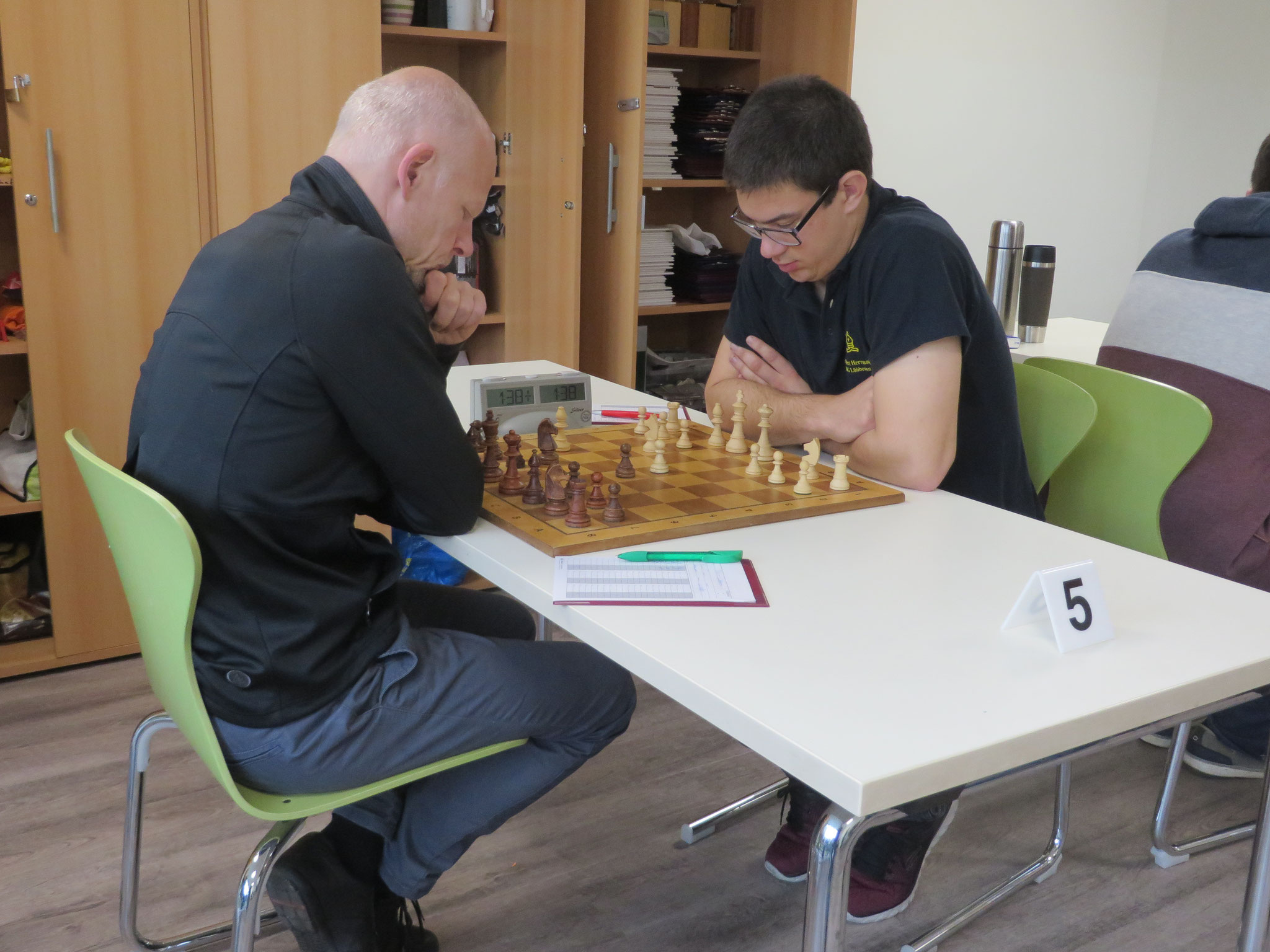 Das Match an Brett 5 (unser Heribert Hermann rechts im Bild)