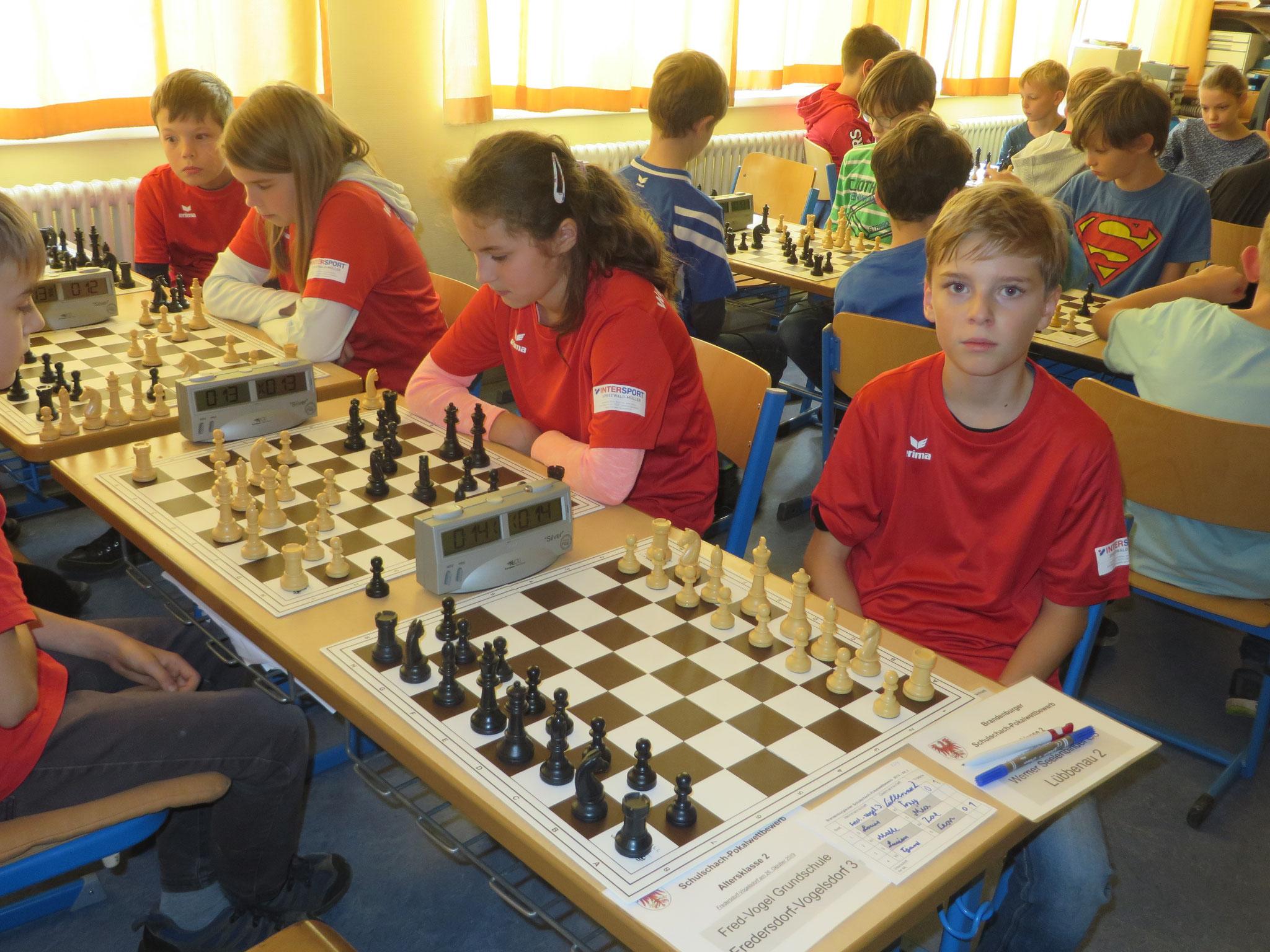 AK 2 : Das Team der Werner-Seelenbinder-GS II in Runde 6 mit Tony (Brett 1) , Mia (Brett 2) , Zoe (Brett 3) und Leon (Brett 4)