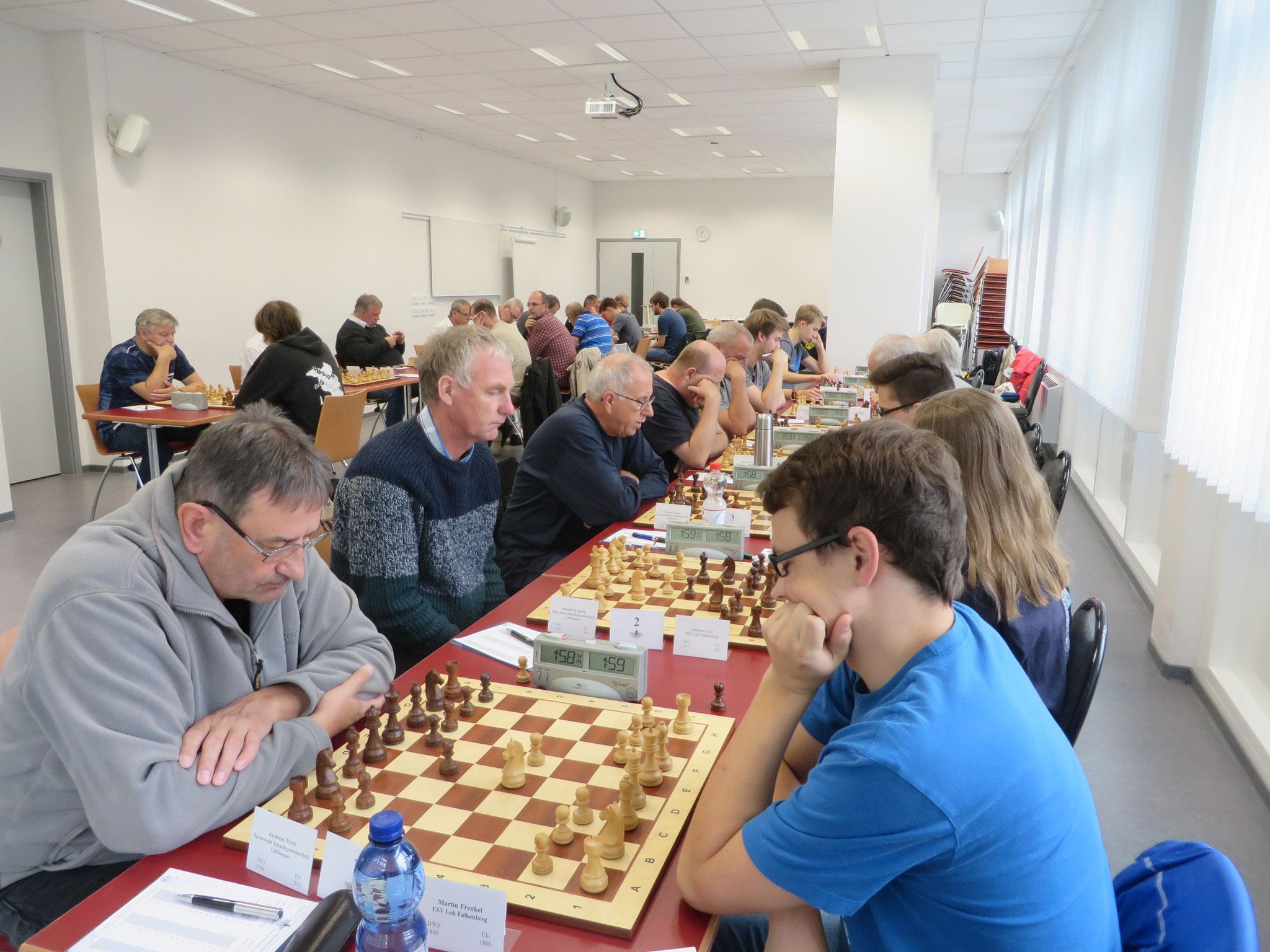 Blick in den Turniersaal (Wettkampf der 2. Mannschaft im Vordergrund rechts)