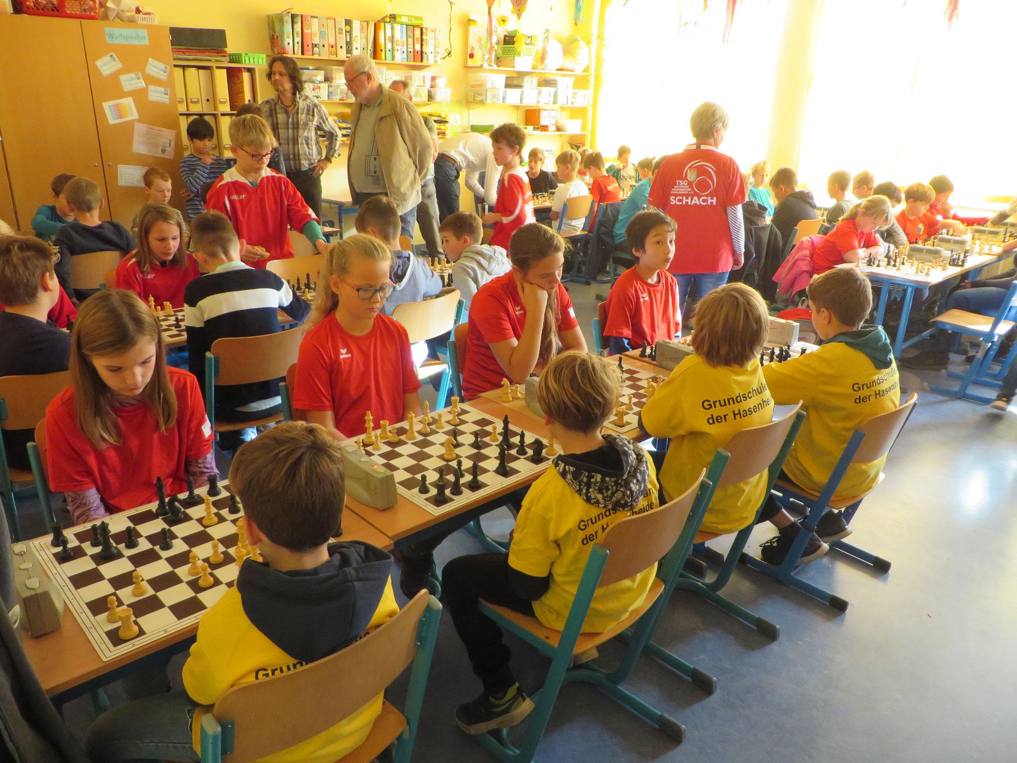 AK 2 : Blick in den Turnierraum des Teams der Werner-Seelenbinder-GS I in Runde 1