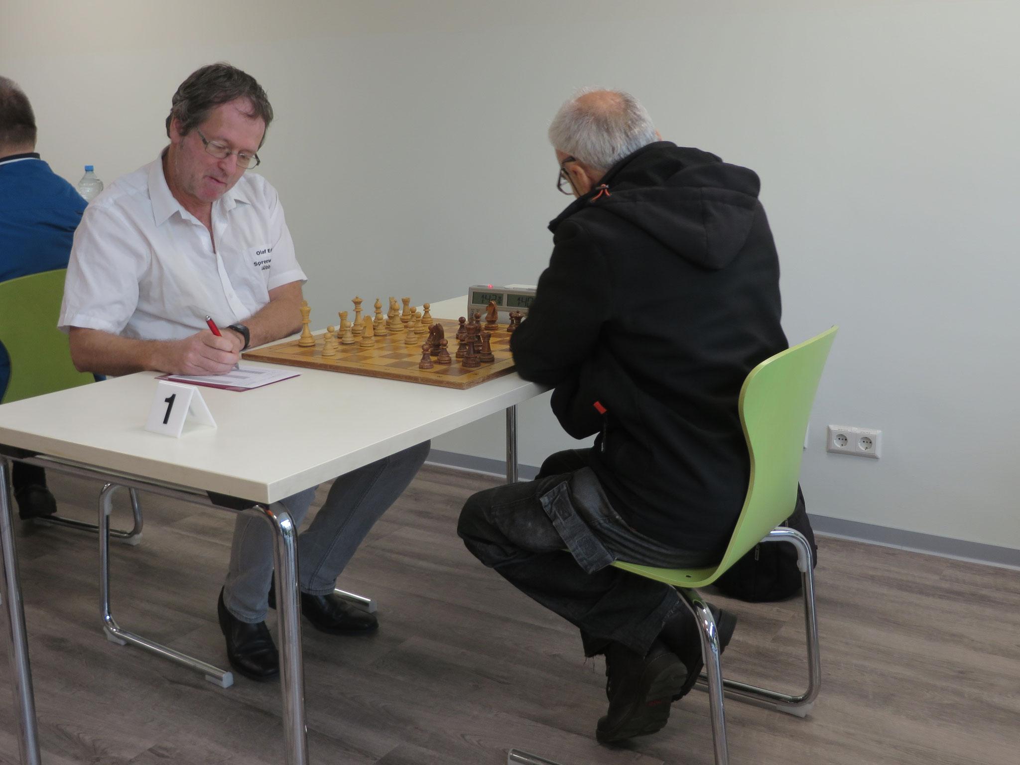 Das Match an Brett 1 (unser Olaf Erlach links im Bild)