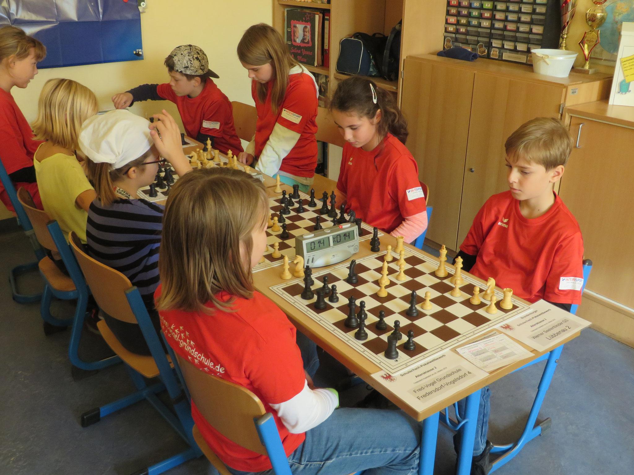 AK 2 : Das Team der Werner-Seelenbinder-GS II in Runde 2 mit Tony (Brett 1) , Mia (Brett 2) , Zoe (Brett 3) und Leon (Brett 4)
