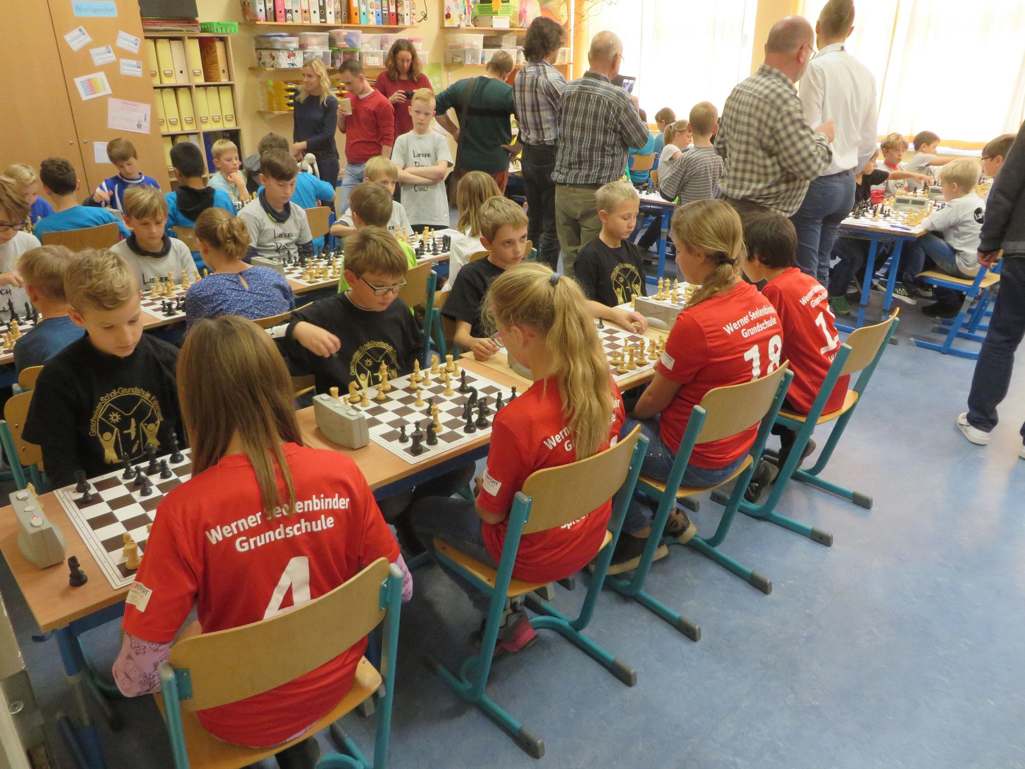 AK 2 : Blick in den Turnierraum des Teams der Werner-Seelenbinder-GS I in Runde 7