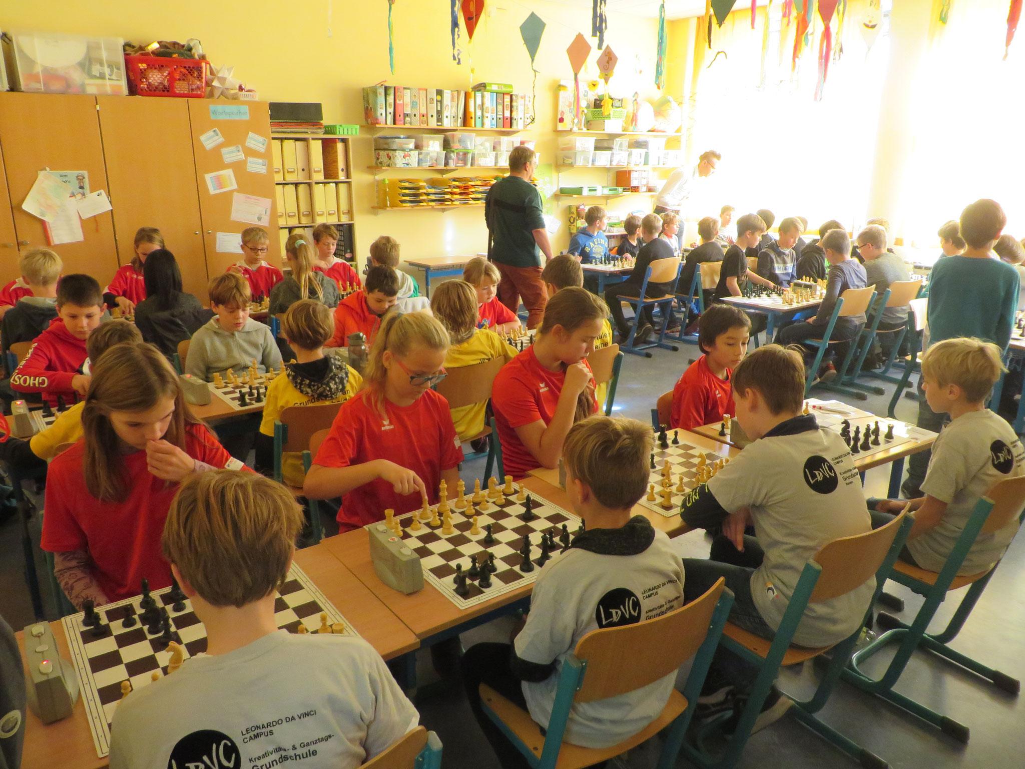 AK 2 : Blick in den Turnierraum des Teams der Werner-Seelenbinder-GS I in Runde 3