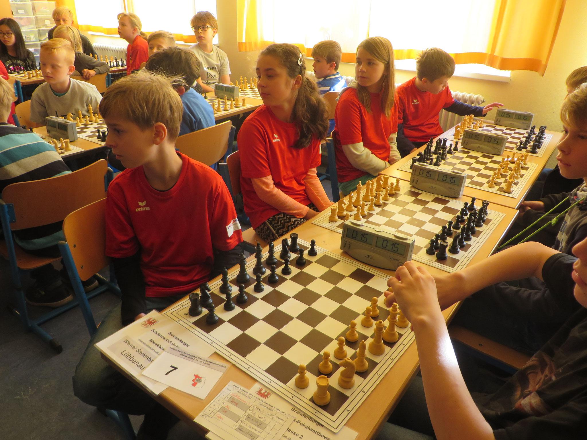 AK 2 : Das Team der Werner-Seelenbinder-GS II in Runde 1 mit Tony (Brett 1) , Mia (Brett 2) , Zoe (Brett 3) und Leon (Brett 4)