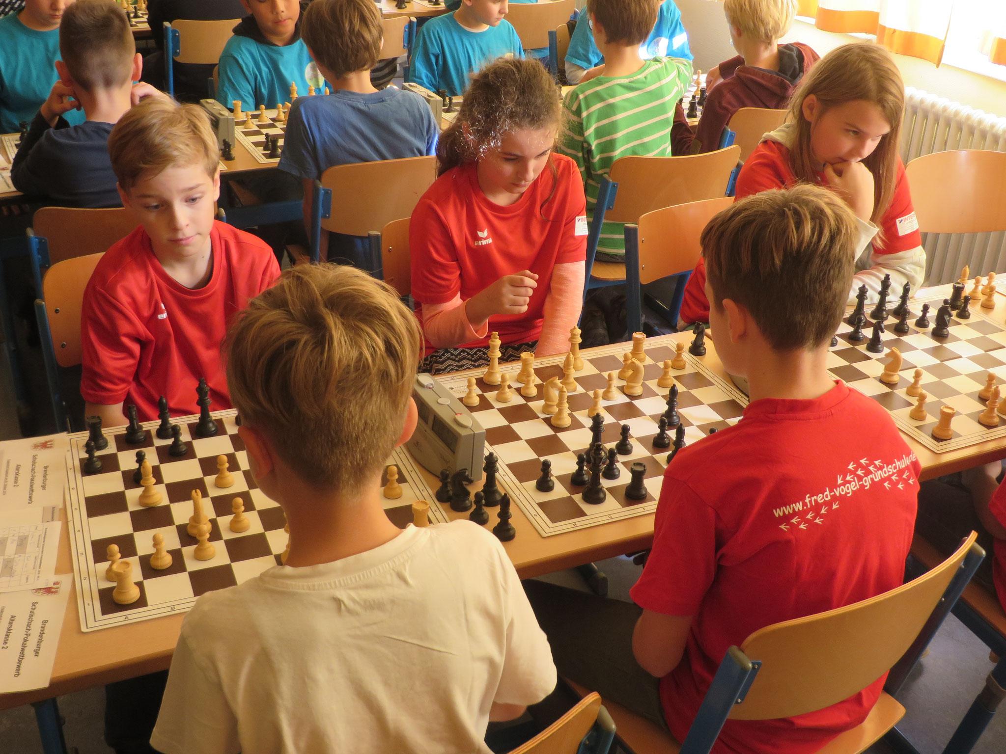 AK 2 : Das Team der Werner-Seelenbinder-GS II in Runde 3 mit Tony (Brett 1) , Mia (Brett 2) und Zoe (Brett 3) ohne Leon (Brett 4) , der kampflos gewann in der Runde