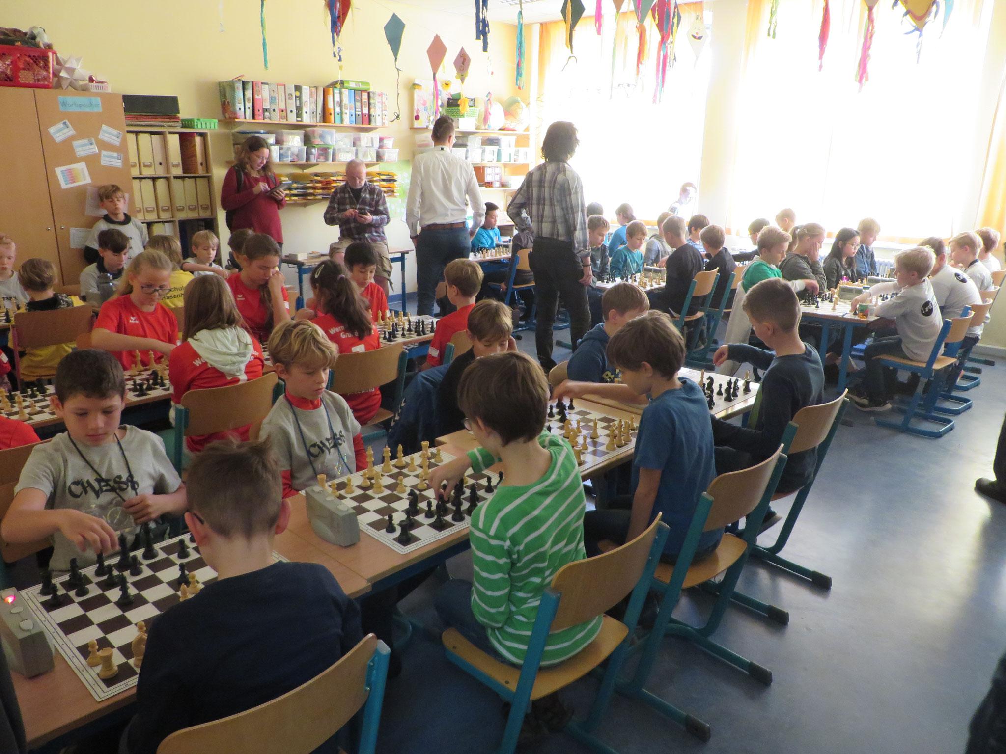 AK 2 : Blick in den Turnierraum der Teams der Werner-Seelenbinder-GS I & II in Runde 5