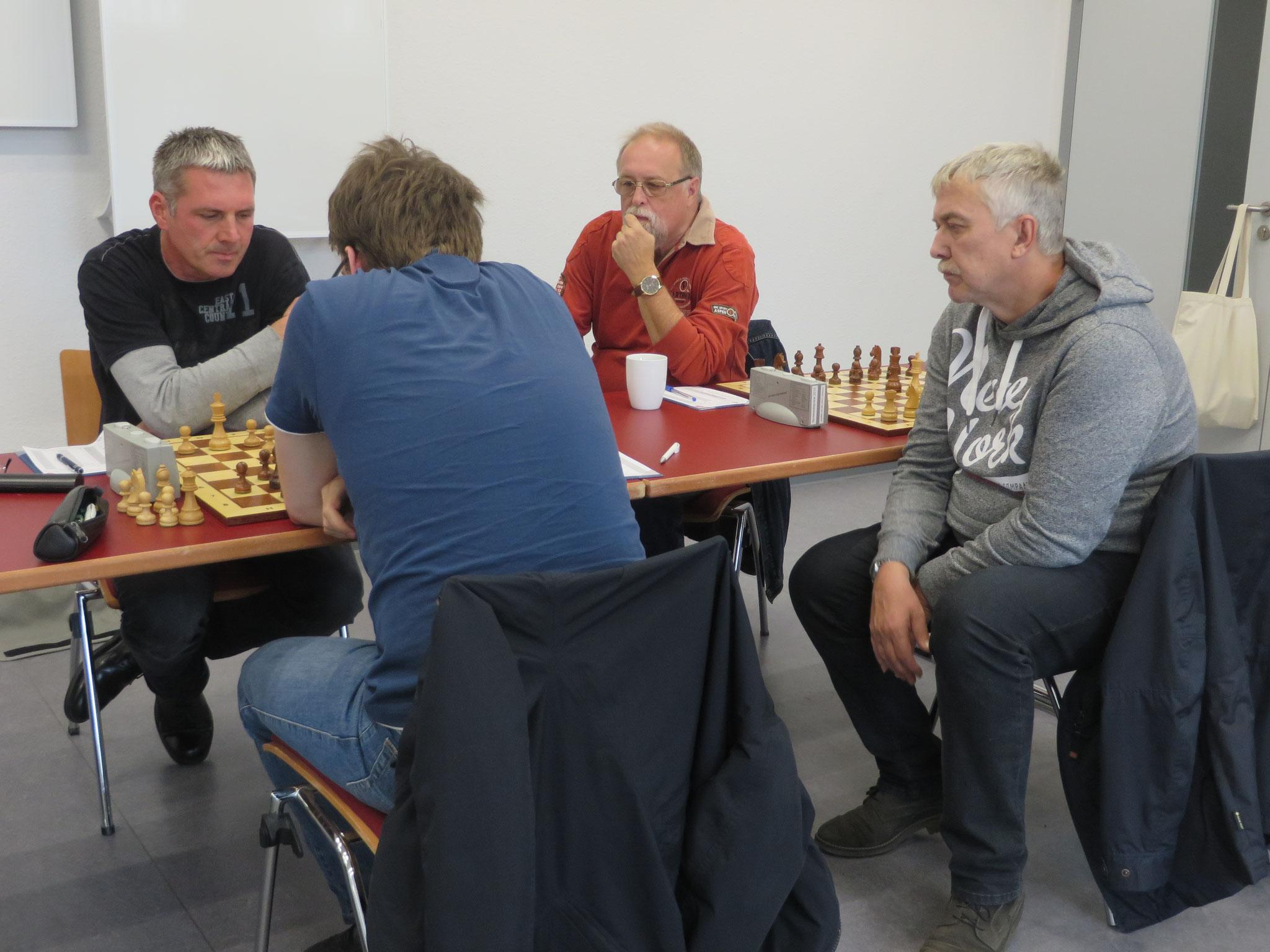 Partie an Brett 2 der 1. Mannschaft mit 2 Lübbenauer Teamkollegen als Schachkiebitze
