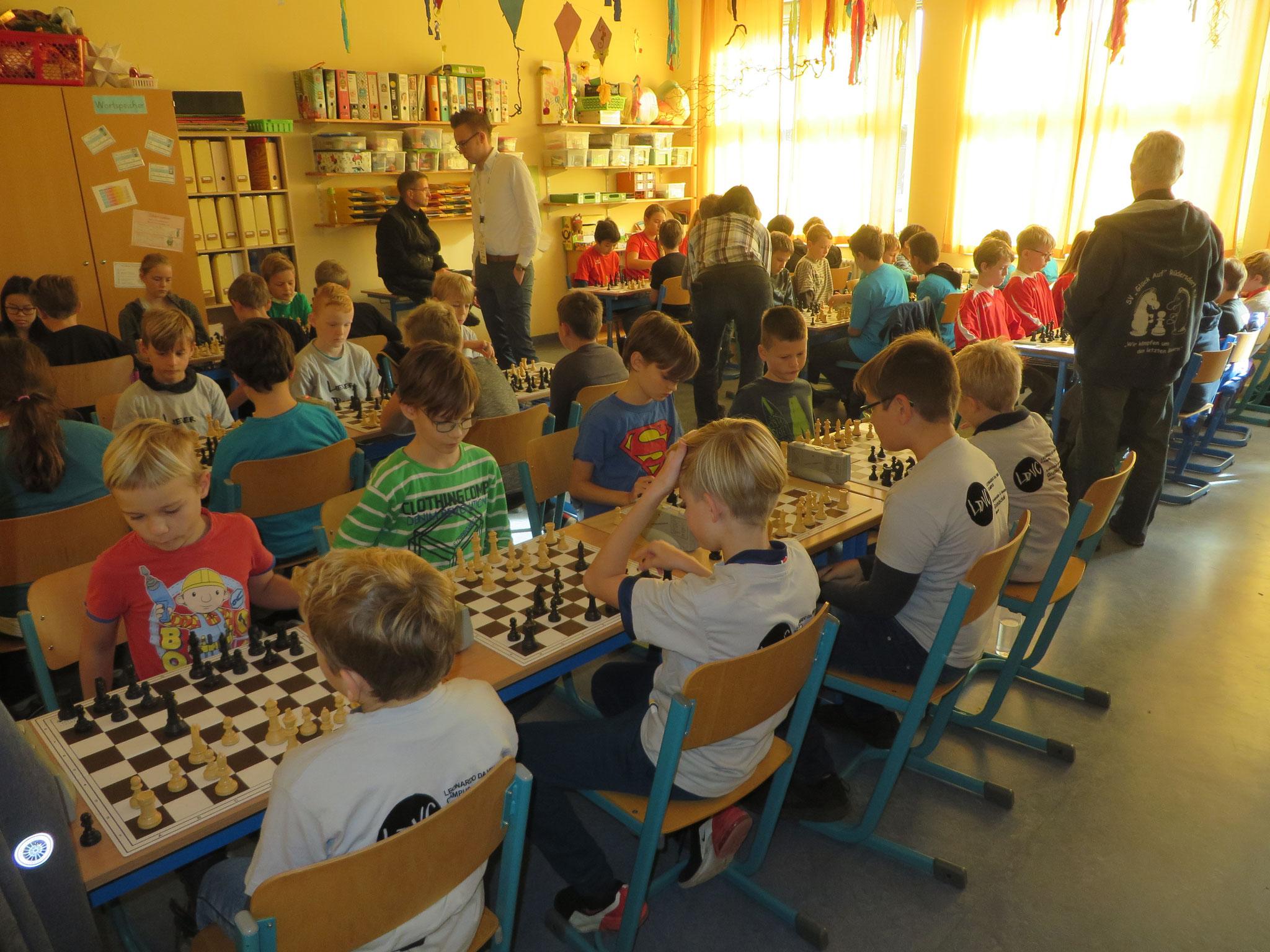 AK 2 : Blick in den Turnierraum des Teams der Werner-Seelenbinder-GS I in Runde 2
