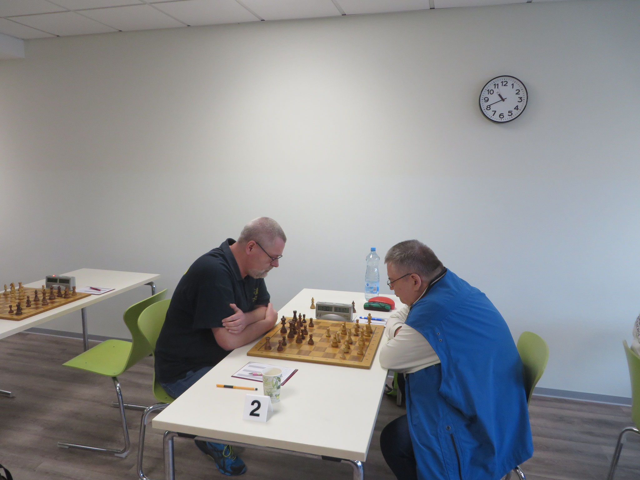 Das Match an Brett 2 (der Webmaster Sascha Sarre links im Bild)