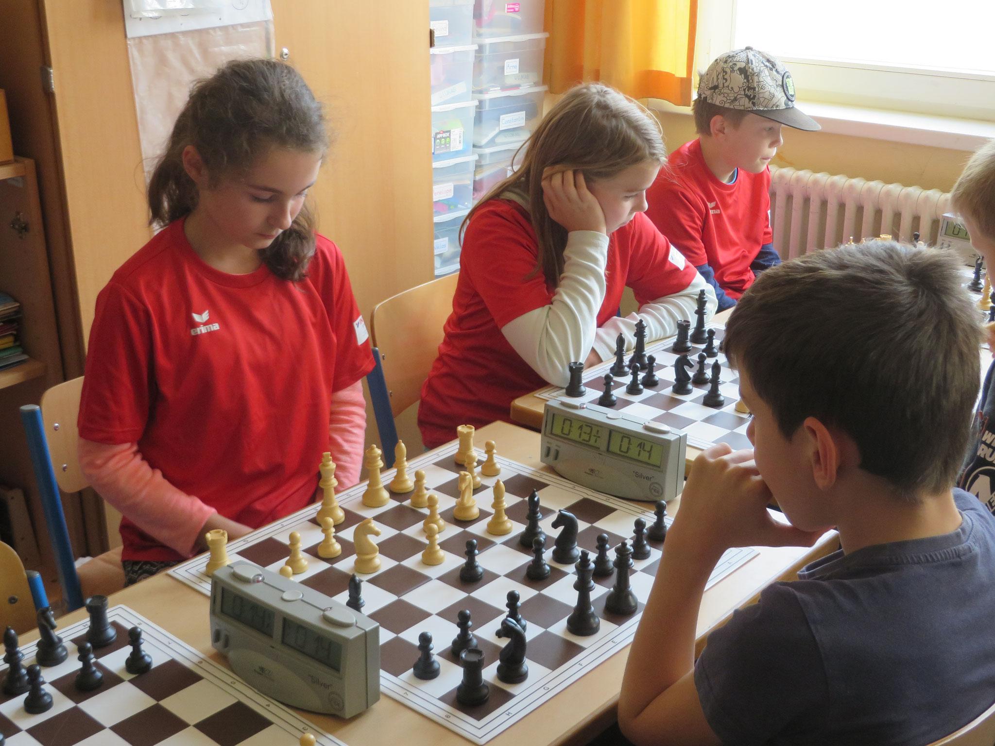 AK 2 : Das Team der Werner-Seelenbinder-GS II in Runde 7 mit Mia (Brett 2) , Zoe (Brett 3) und Leon (Brett 4) ; Tony (Brett 1) war zu schnell fertig in der Runde für ein Foto