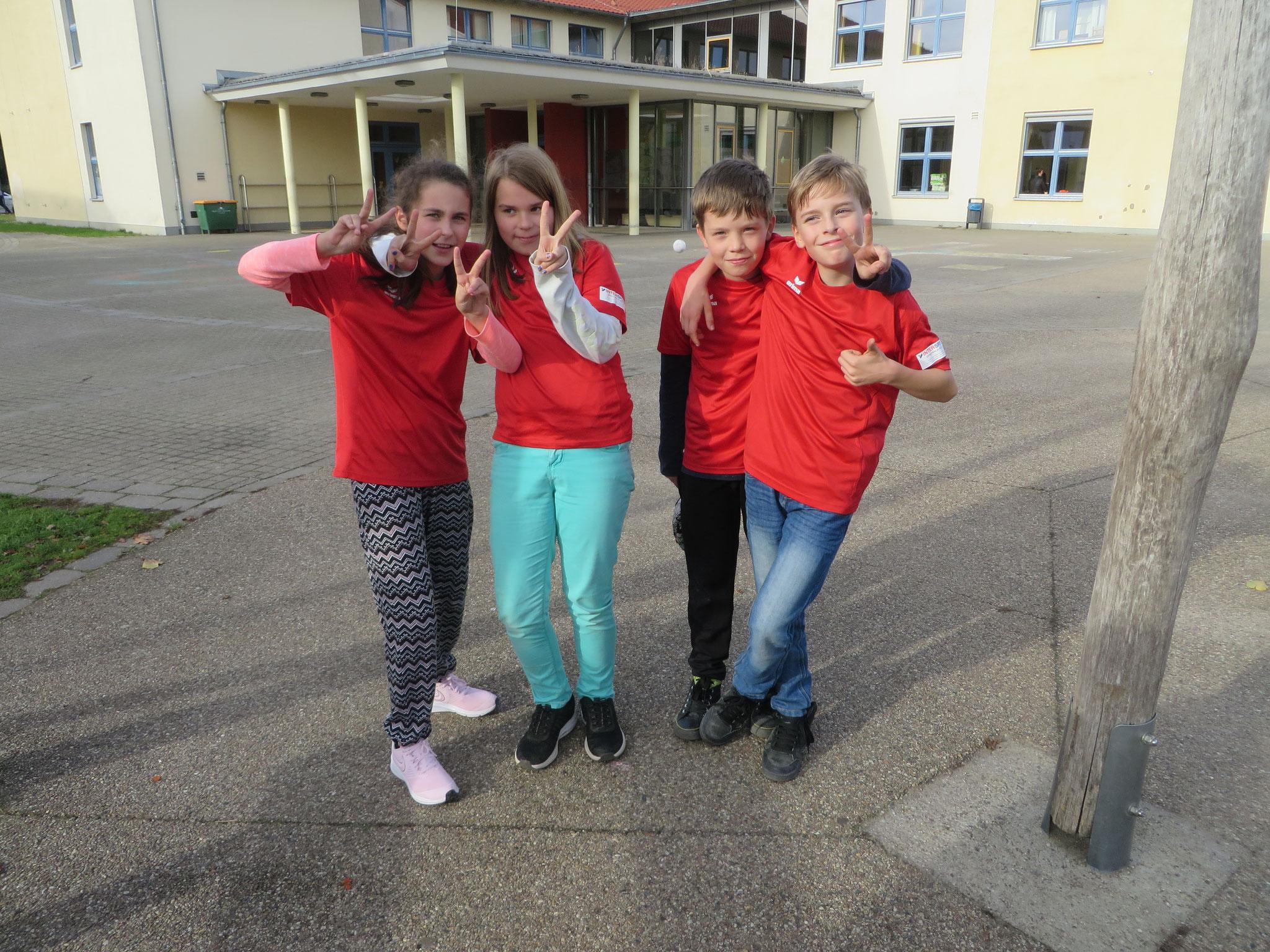 AK 2 : Mannschaftsfoto des Teams der Werner-Seelenbinder-GS II mit Mia, Zoe, Leon und Tony (v.l.n.r.)