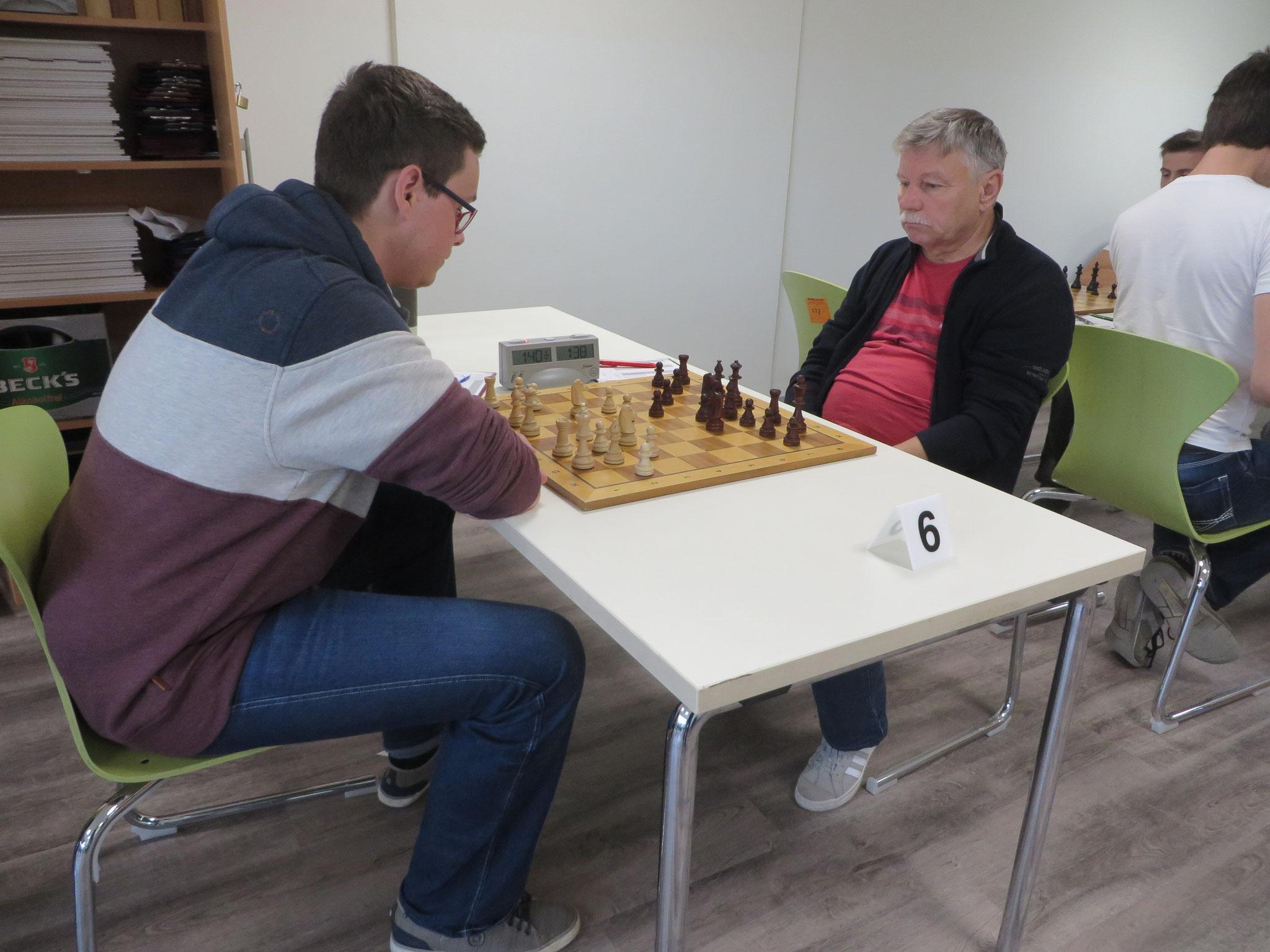 Das Match an Brett 6 (unser Helmut Schinagl rechts im Bild)