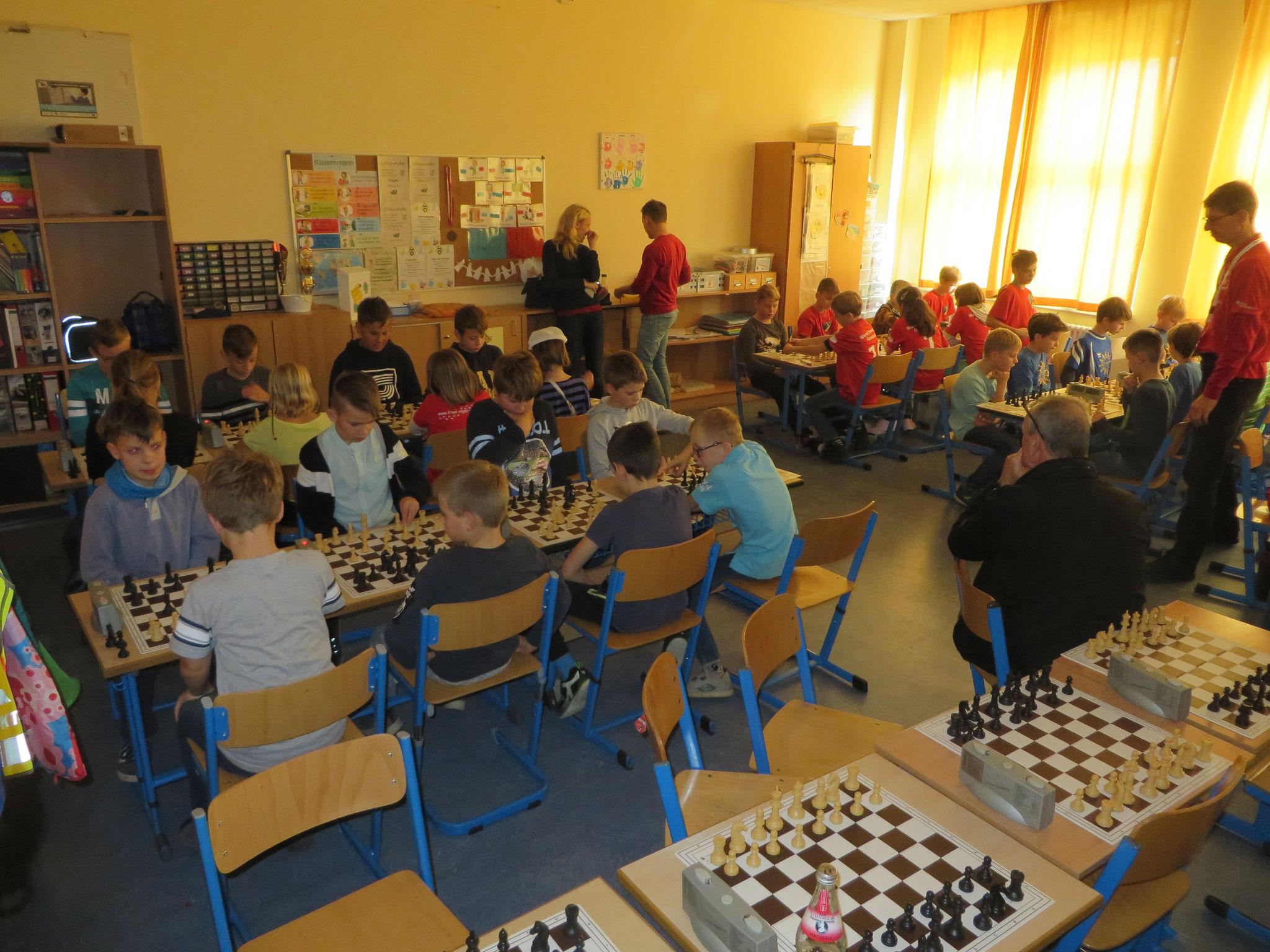 AK 2 : Blick in den Turnierraum des Teams der Werner-Seelenbinder-GS II in Runde 6