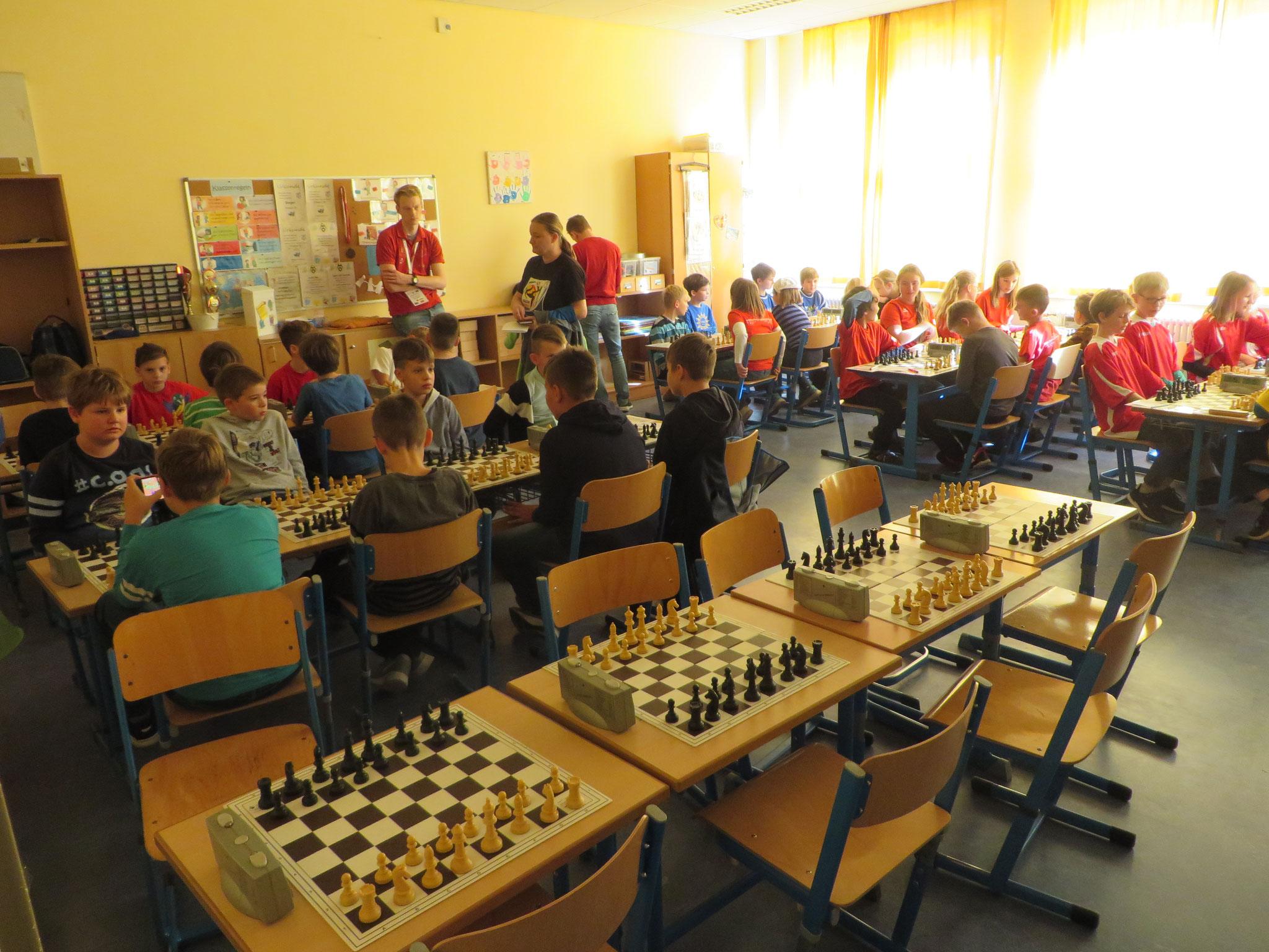AK 2 : Blick in den Turnierraum des Teams der Werner-Seelenbinder-GS I in Runde 4