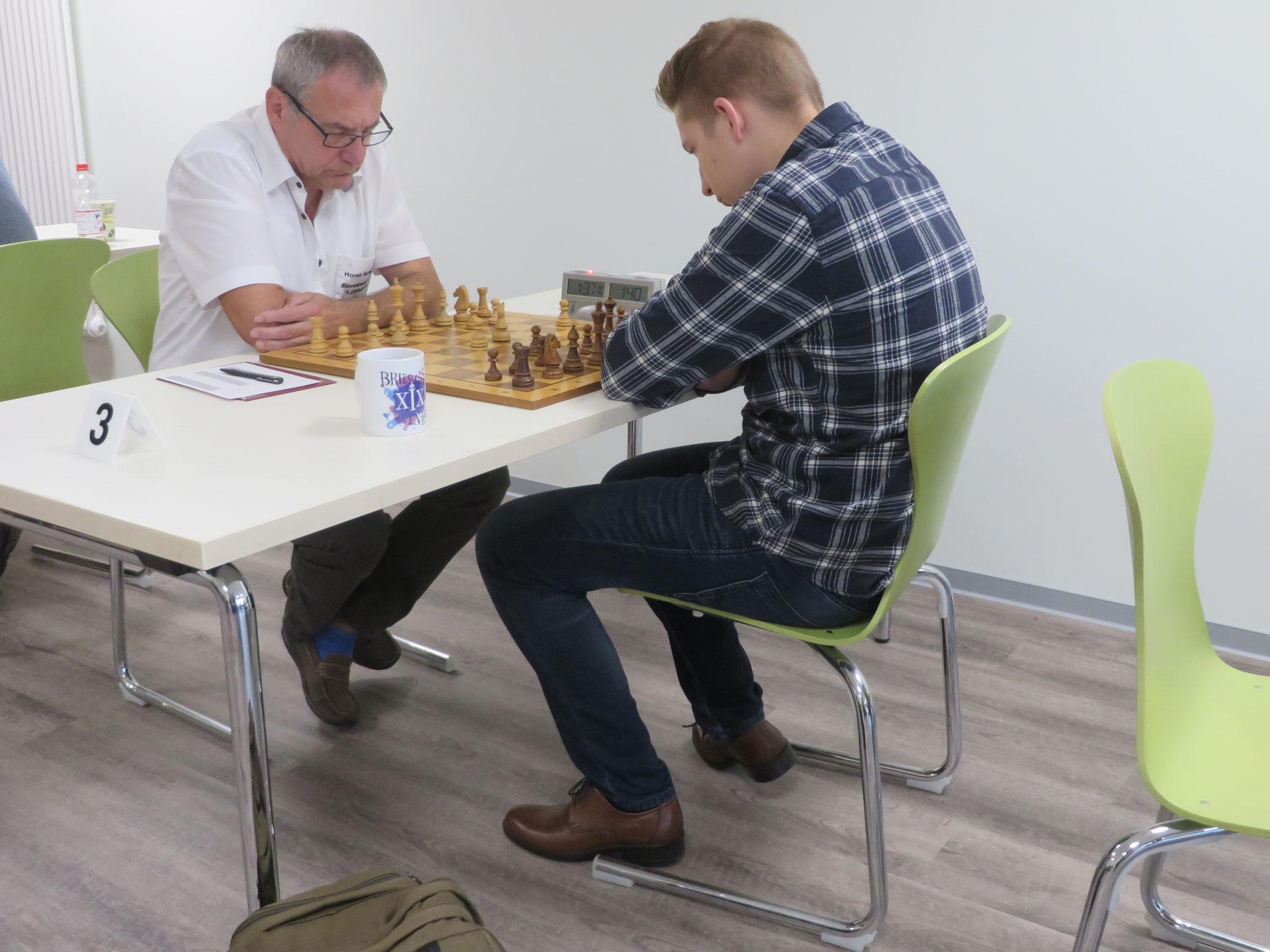 Das Match an Brett 3 (unser Horst Schinagl links im Bild)