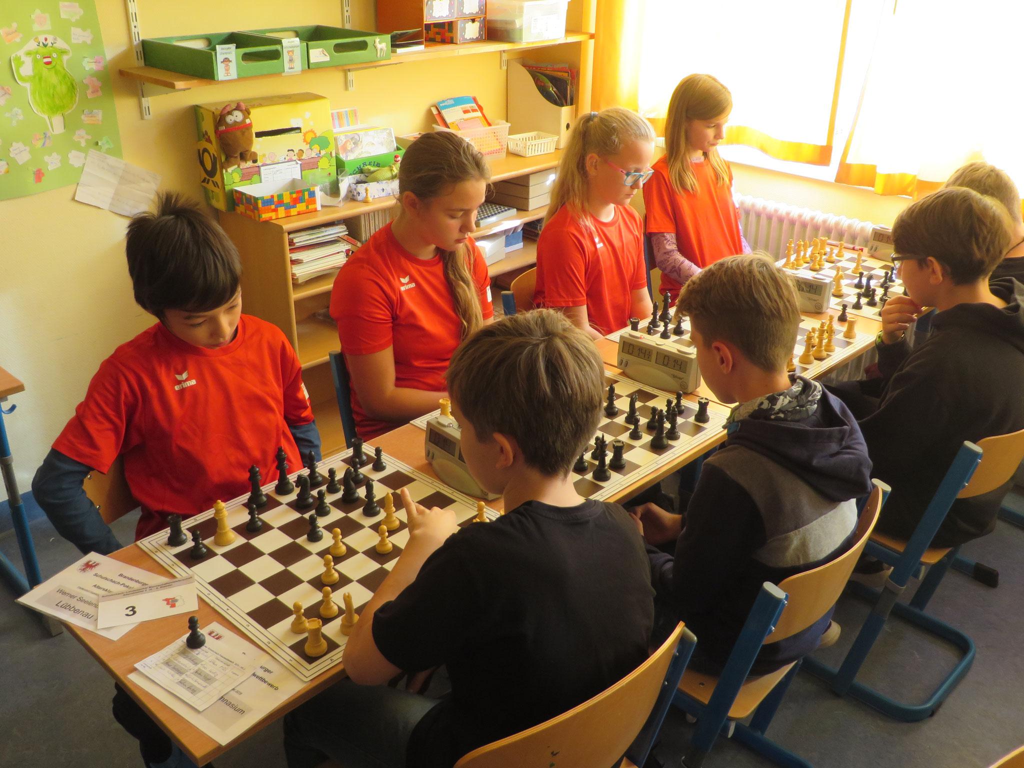 AK 2 : Das Team der Werner-Seelenbinder-GS I in Runde 2 mit Henry (Brett 1) , Aleksandra (Brett 2) , Anna (Brett 3) und Marie (Brett 4)