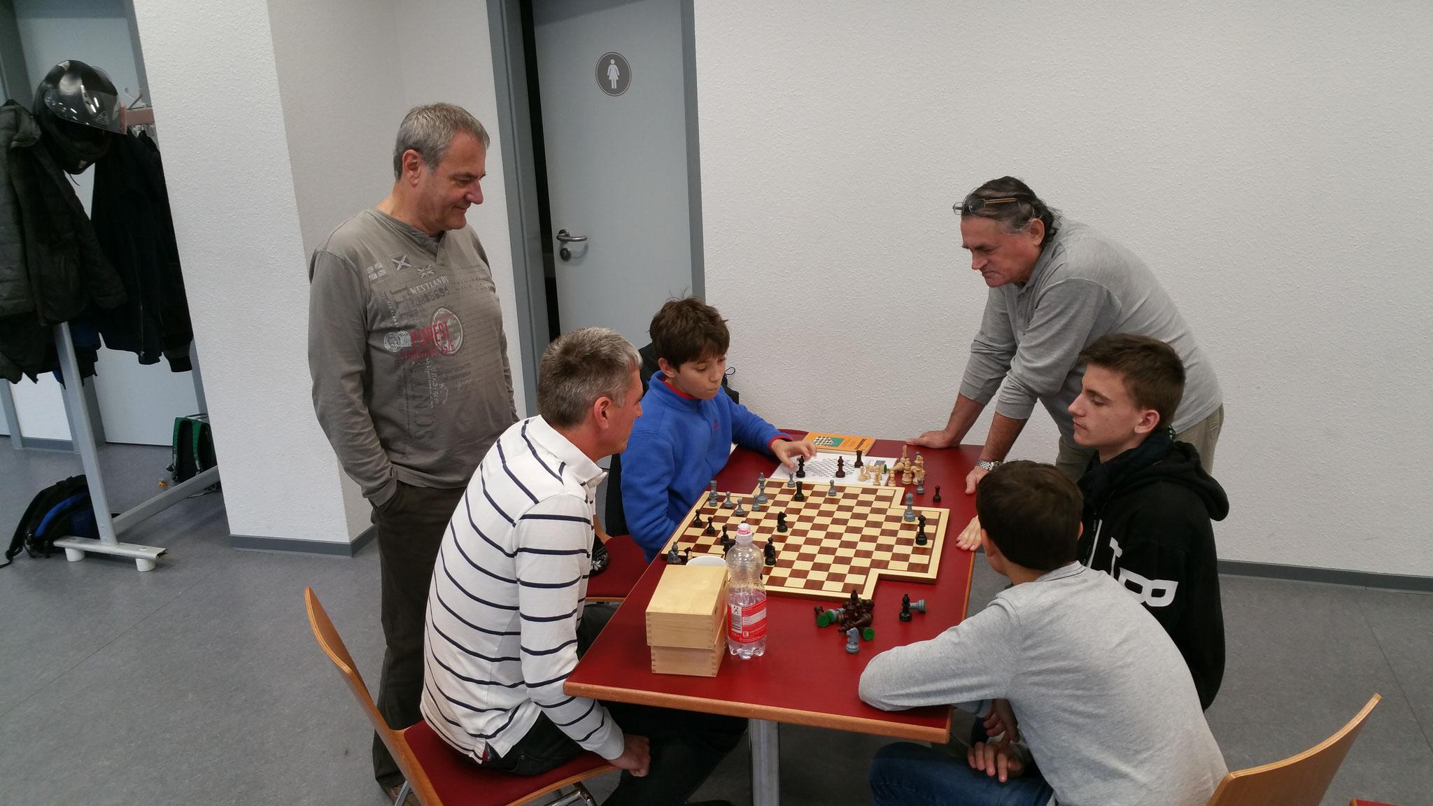 """Hier wird mal das sogenannte """"4er-Schach"""" ausprobiert"""