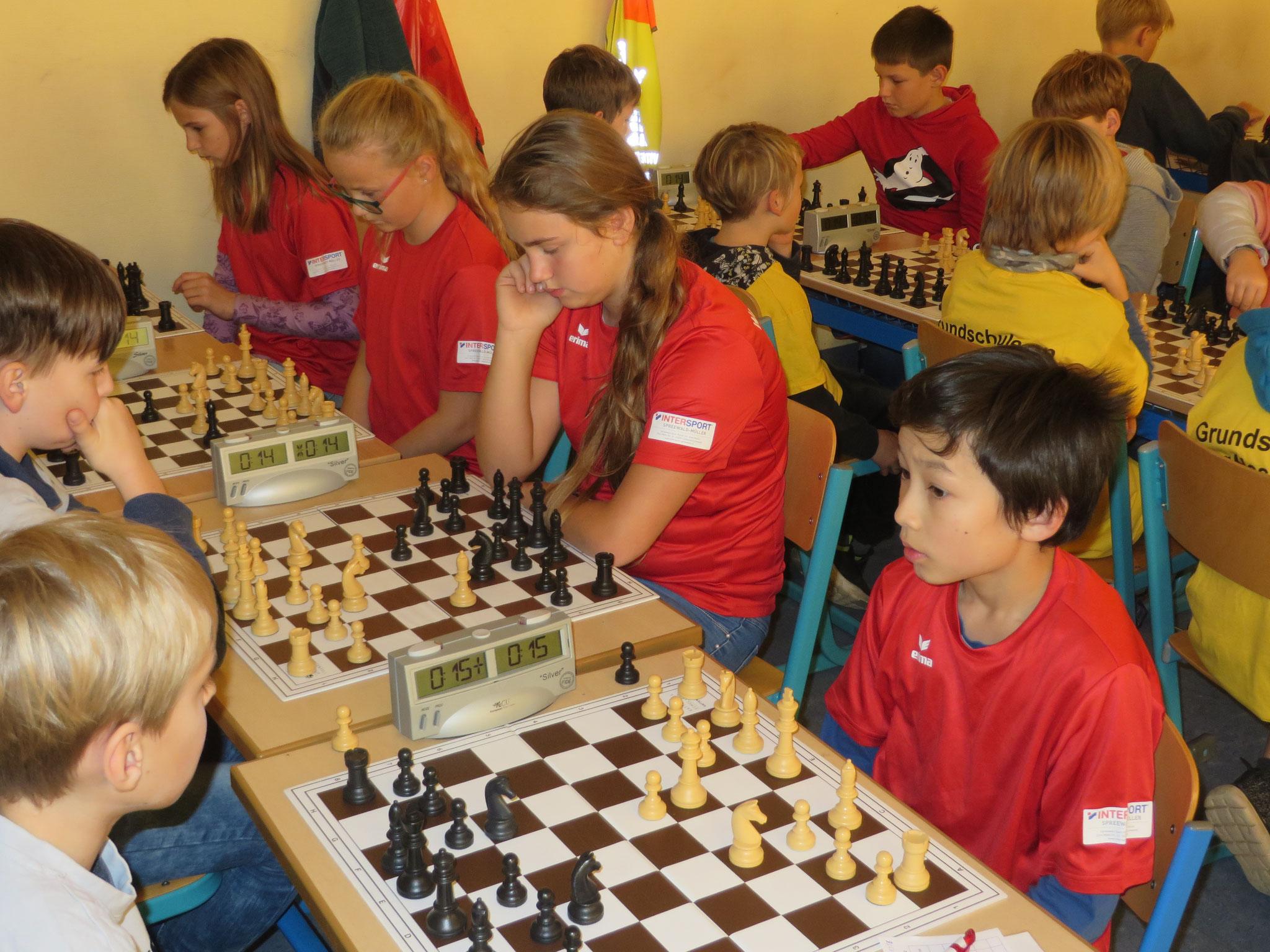 AK 2 : Das Team der Werner-Seelenbinder-GS I in Runde 3 mit Henry (Brett 1) , Aleksandra (Brett 2) , Anna (Brett 3) und Marie (Brett 4)