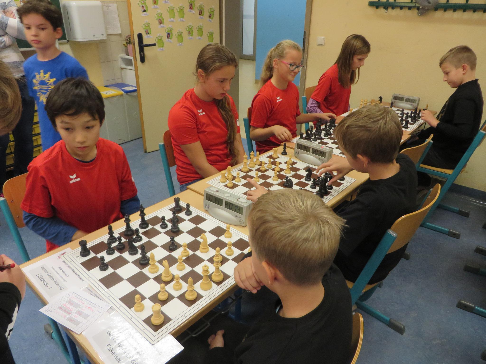 AK 2 : Das Team der Werner-Seelenbinder-GS I in Runde 7 mit Henry (Brett 1) , Aleksandra (Brett 2) , Anna (Brett 3) und Marie (Brett 4)