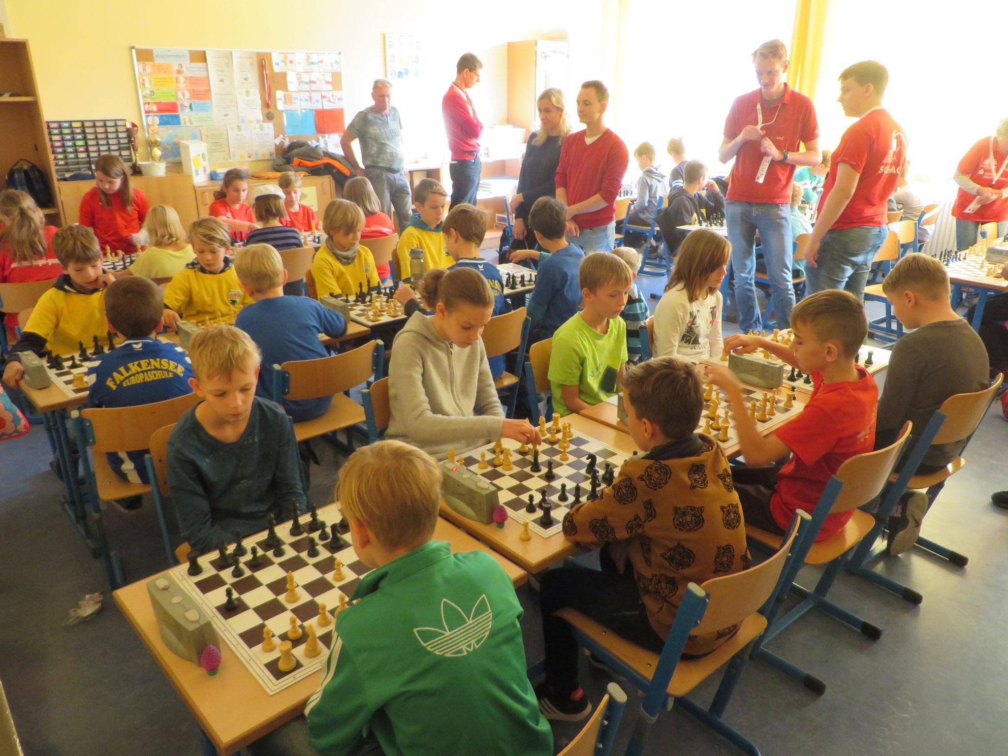 AK 2 : Blick in den Turnierraum des Teams der Werner-Seelenbinder-GS II in Runde 2