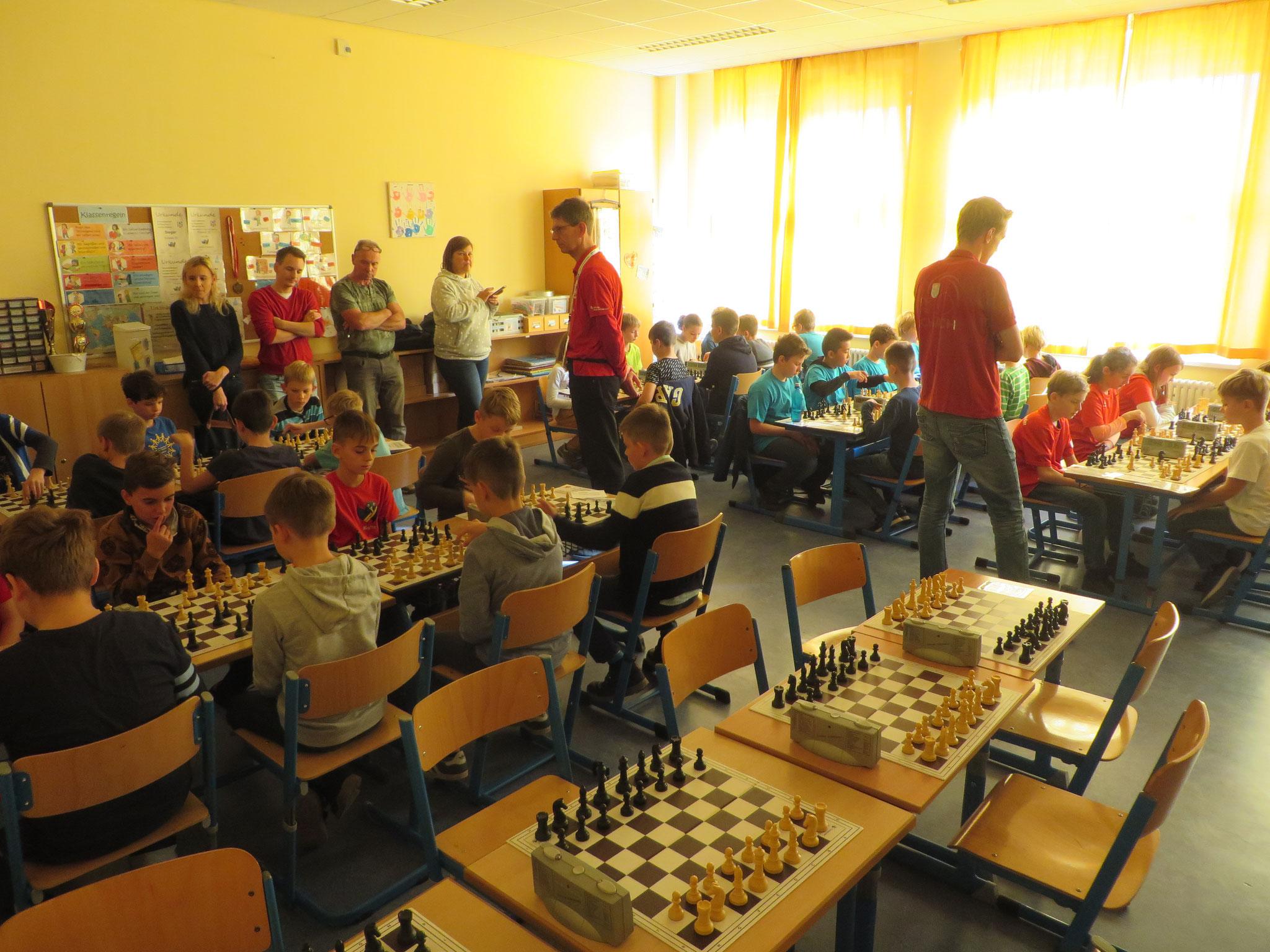 AK 2 : Blick in den Turnierraum des Teams der Werner-Seelenbinder-GS II in Runde 3