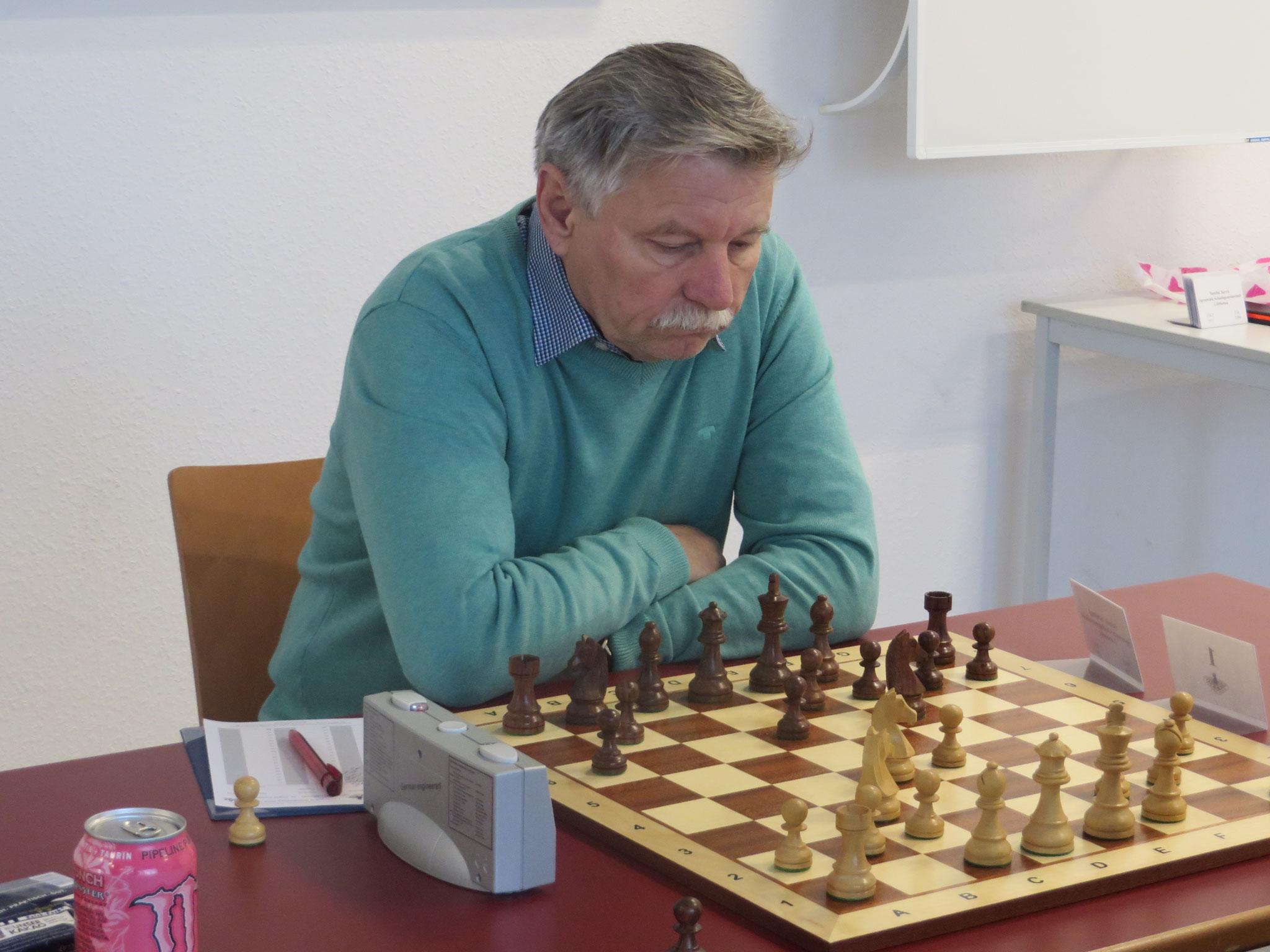An Brett 1 für uns Helmut Schinagl am Start