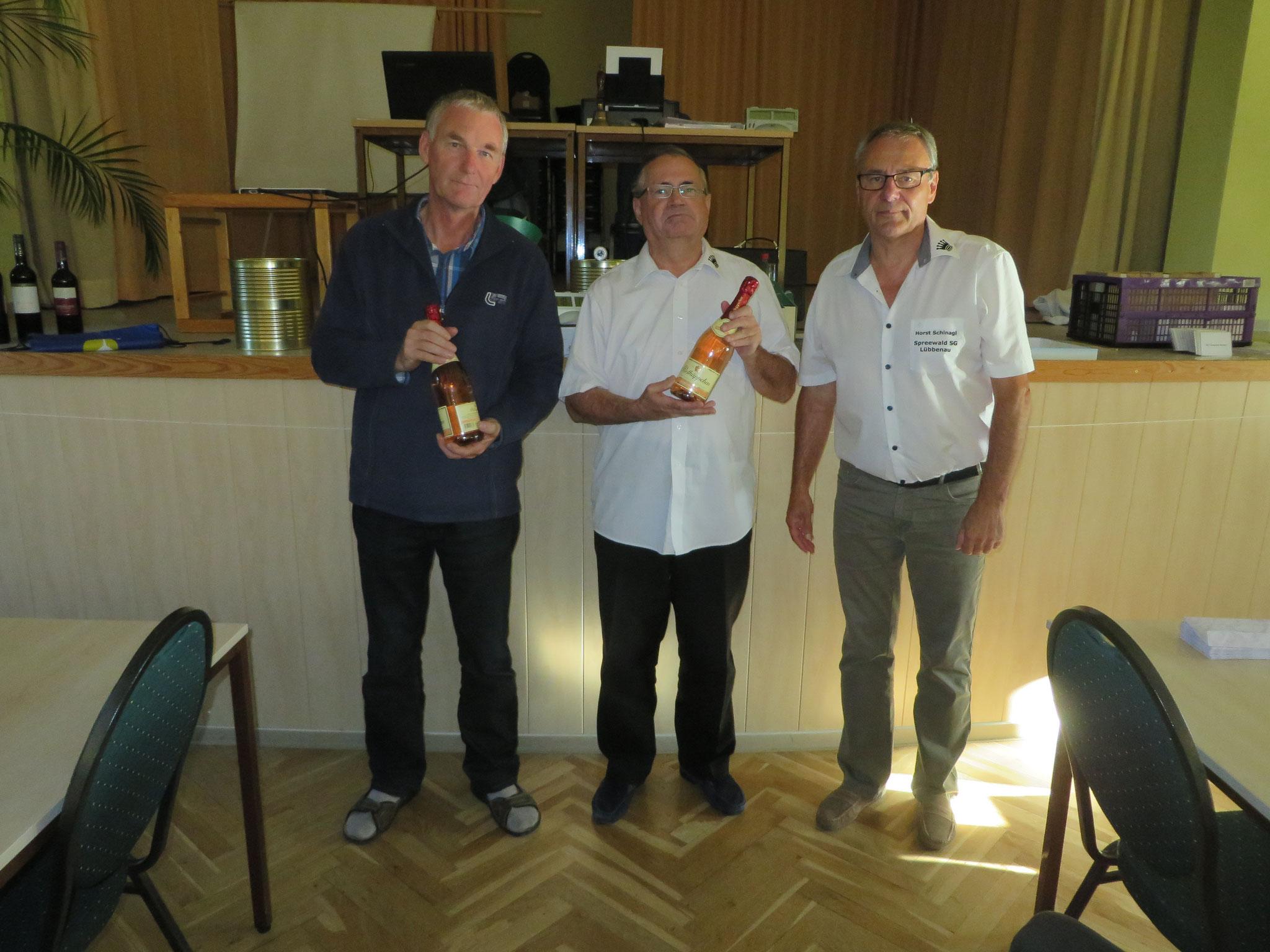 Ehrung für die jeweils 150. Partie beim Spreewaldpokal (mit Horst Schinagl rechts)