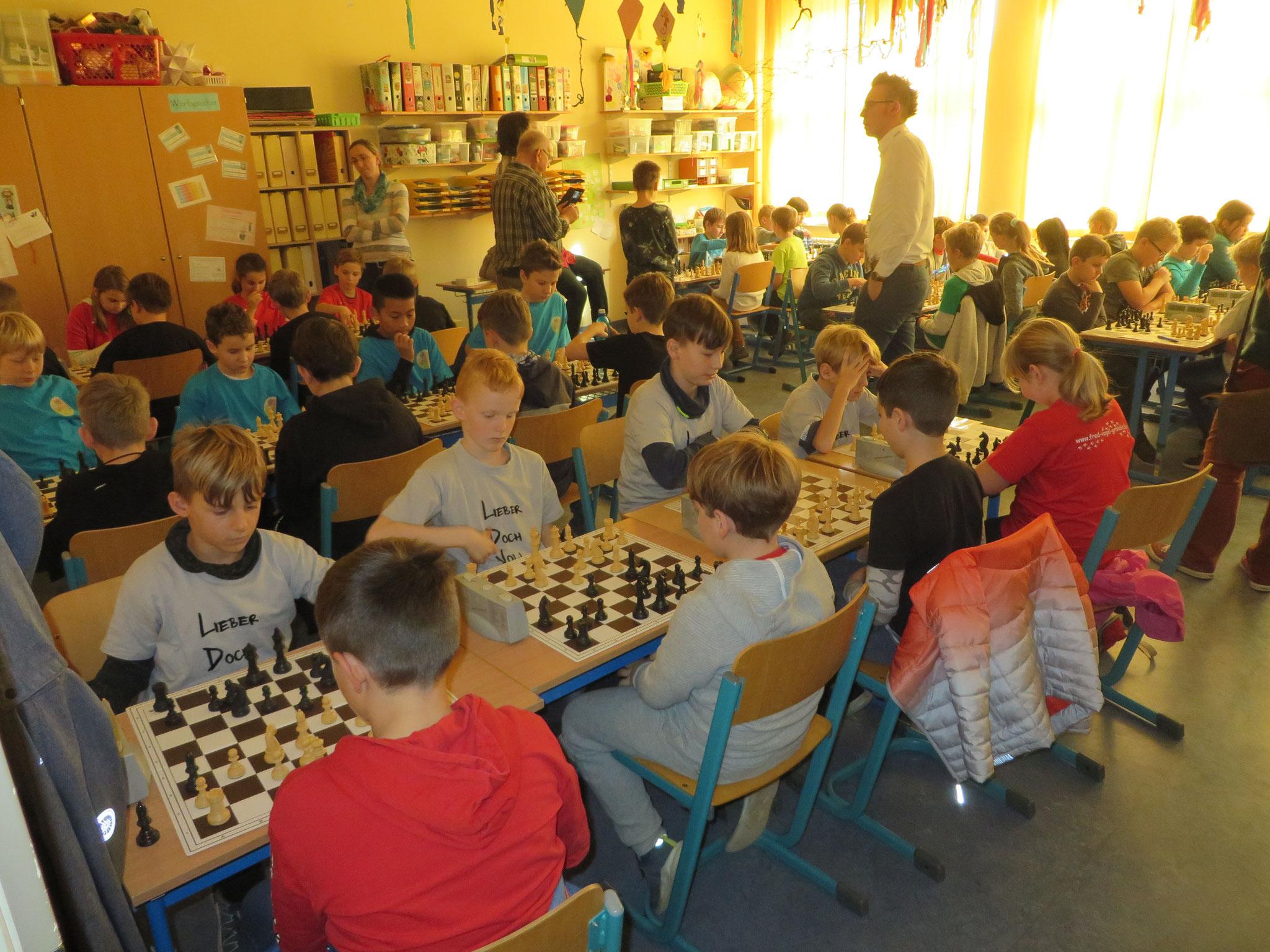 AK 2 : Blick in den Turnierraum des Teams der Werner-Seelenbinder-GS II in Runde 4