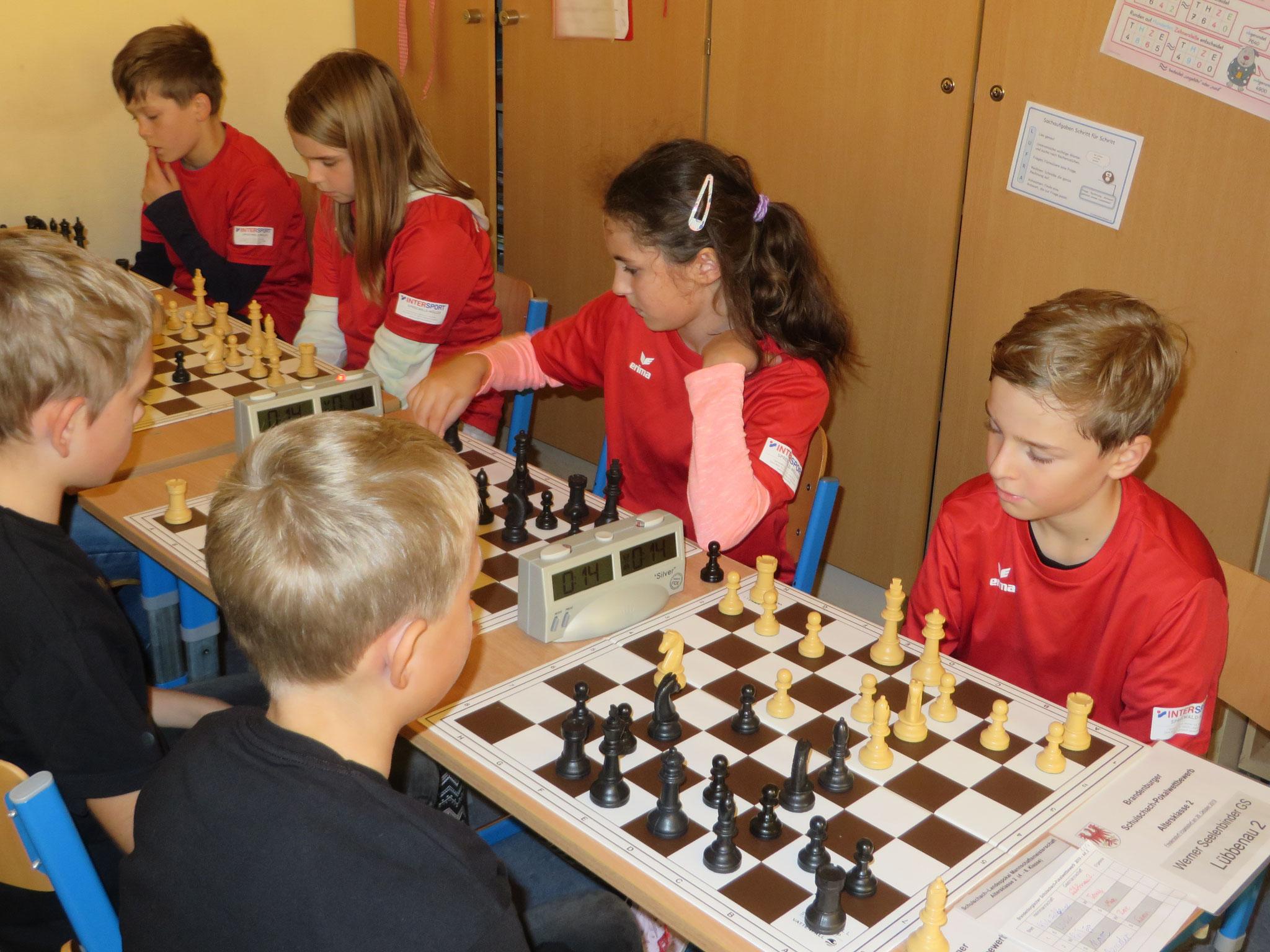 AK 2 : Das Team der Werner-Seelenbinder-GS II in Runde 4 mit Tony (Brett 1) , Mia (Brett 2) , Zoe (Brett 3) und Leon (Brett 4)