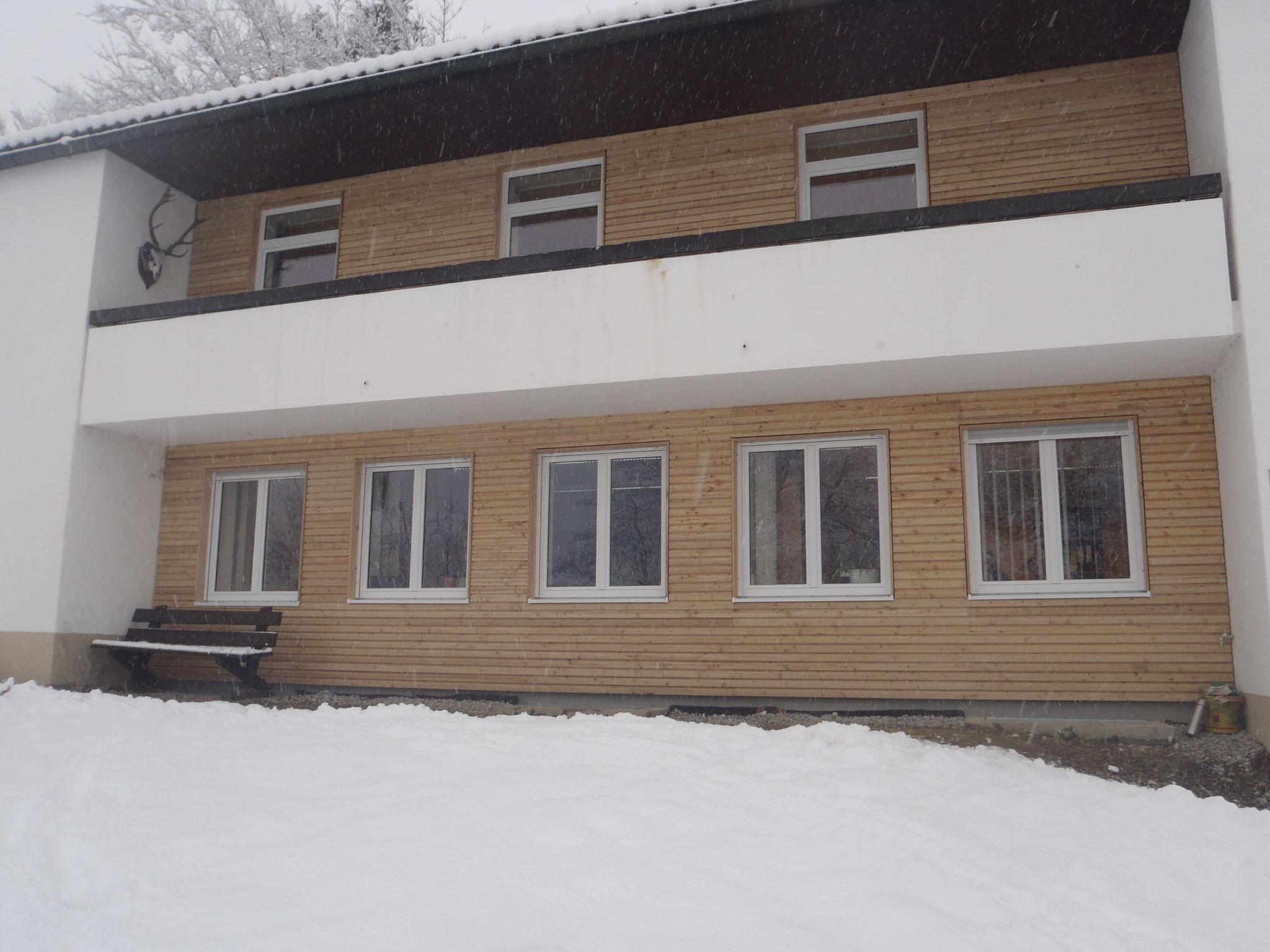 Fassadenverkleidung mit Fenster