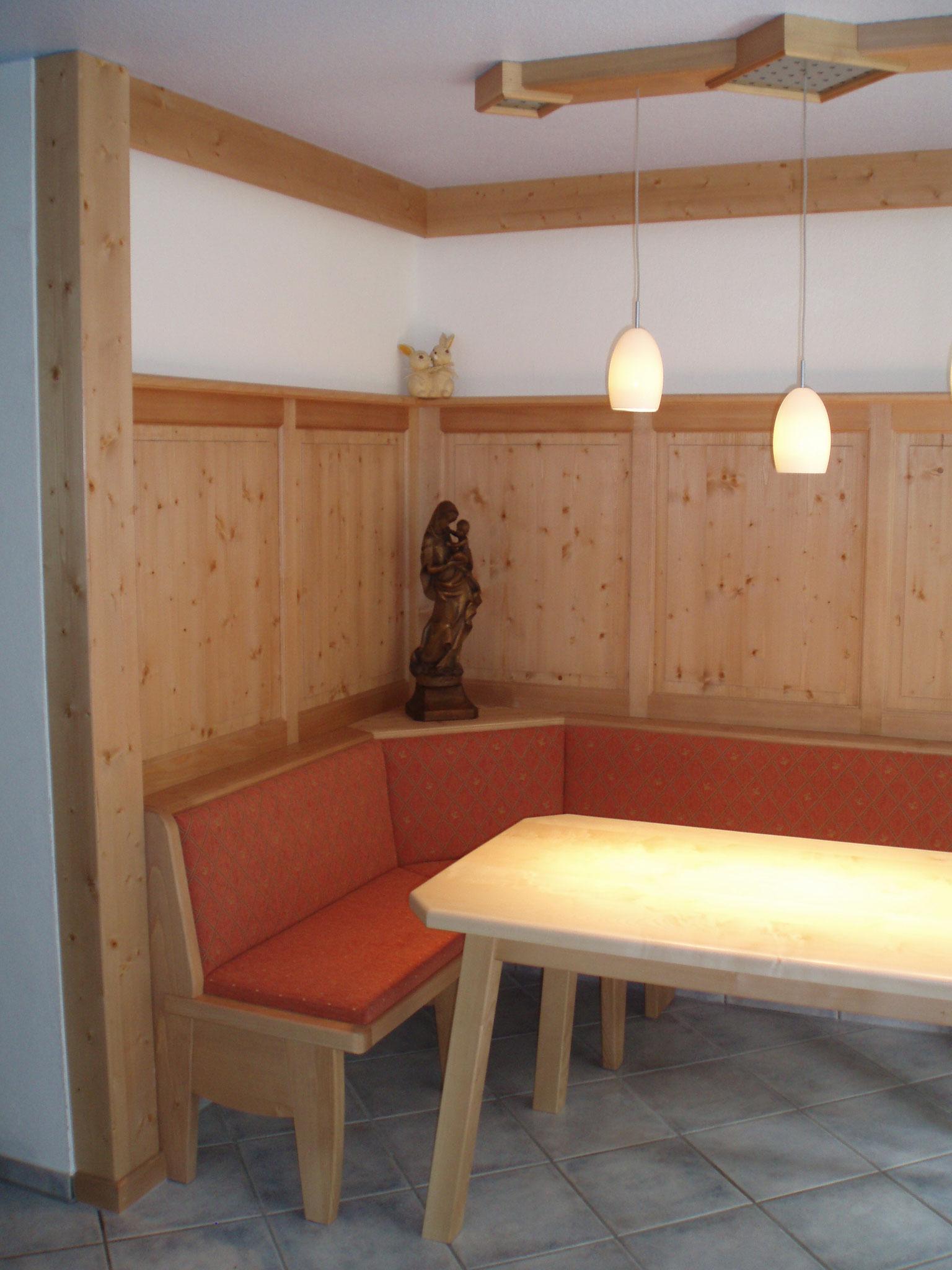 Wandverkleidung mit Eckbank und Tisch