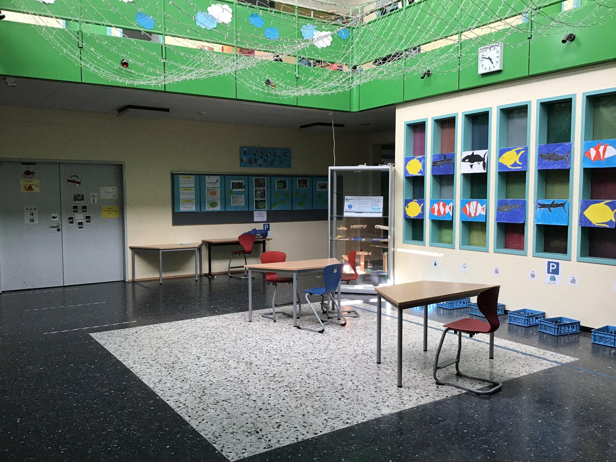 Unser Foyer wird vielfach genutzt - als Arbeitsbereich für Schüler, für die tägliche Förderung und als Versammlungsraum ( z.B. Adventssingen, Vorlesewettbewerb)