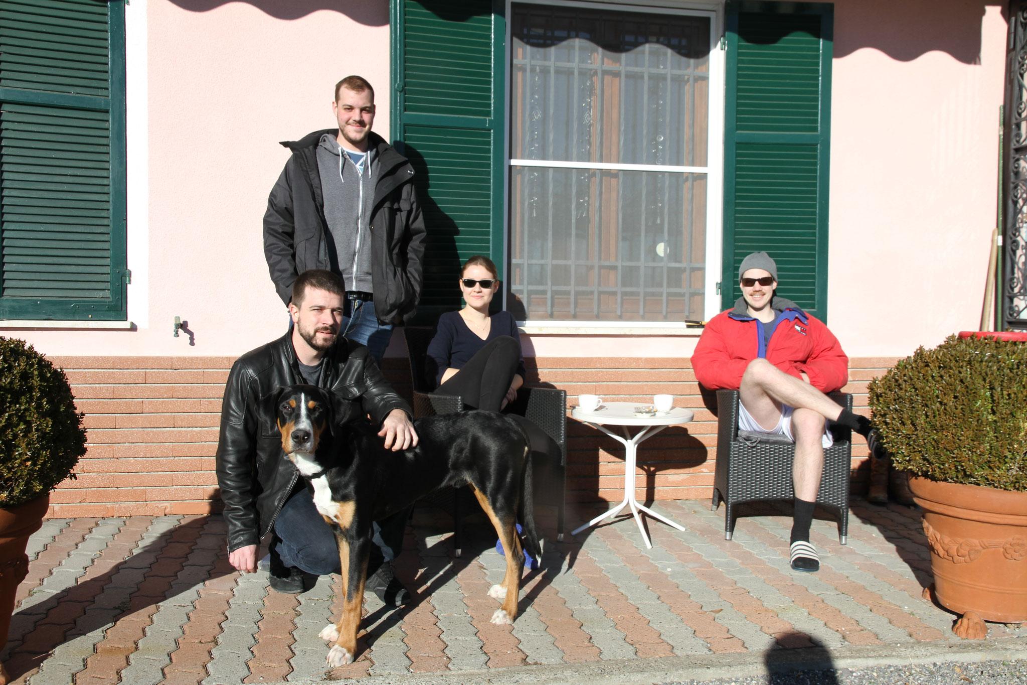Frühlingsgefühle: Thomas, Zoe, Christoph mit Marc und Tirass geniessen die Sonne.