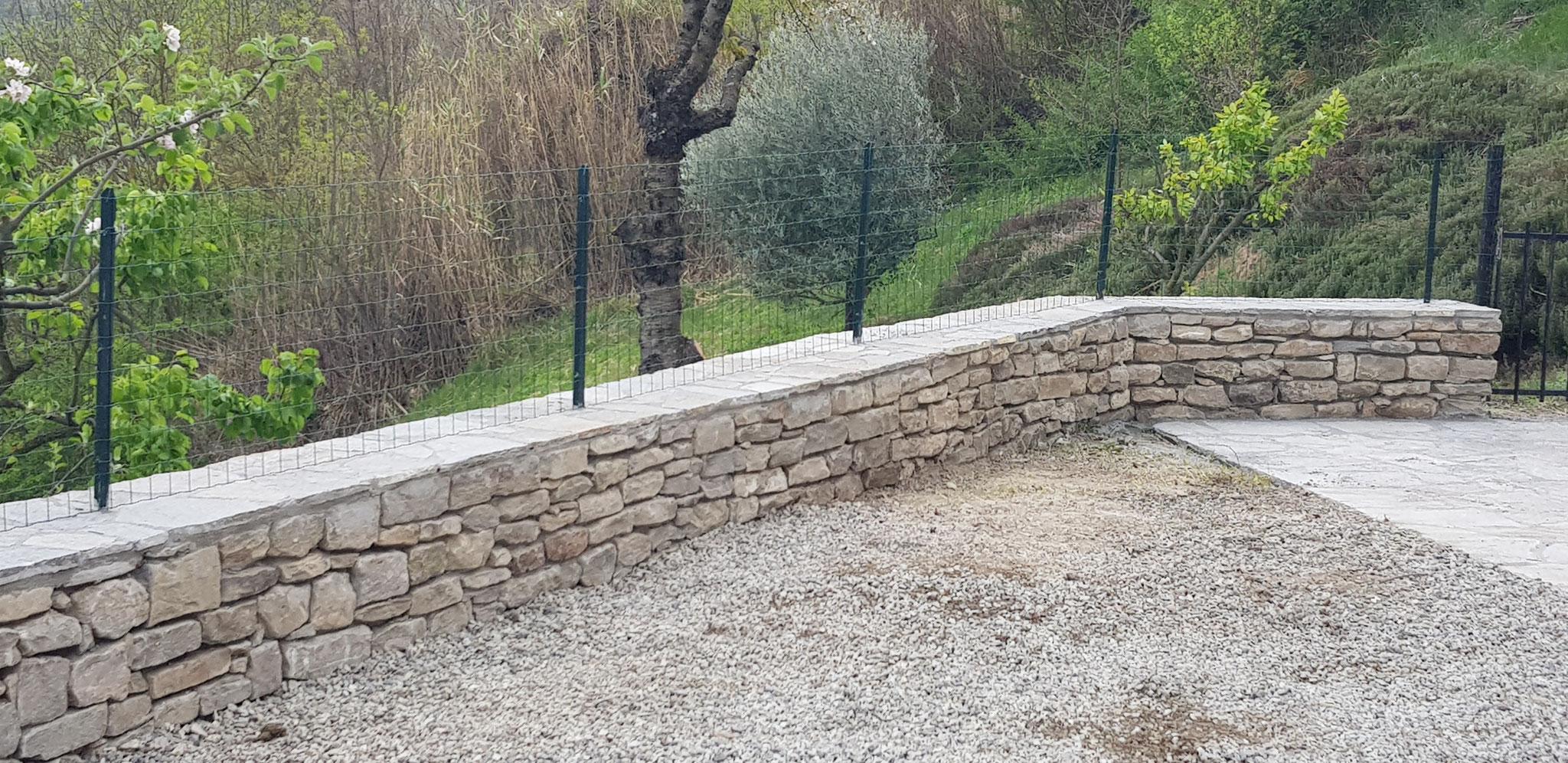 Hier die Natursteinmauer mit dem Zaun. Das muss sein, damit sich keine ungebetenen Tiere bei uns aufhalten.