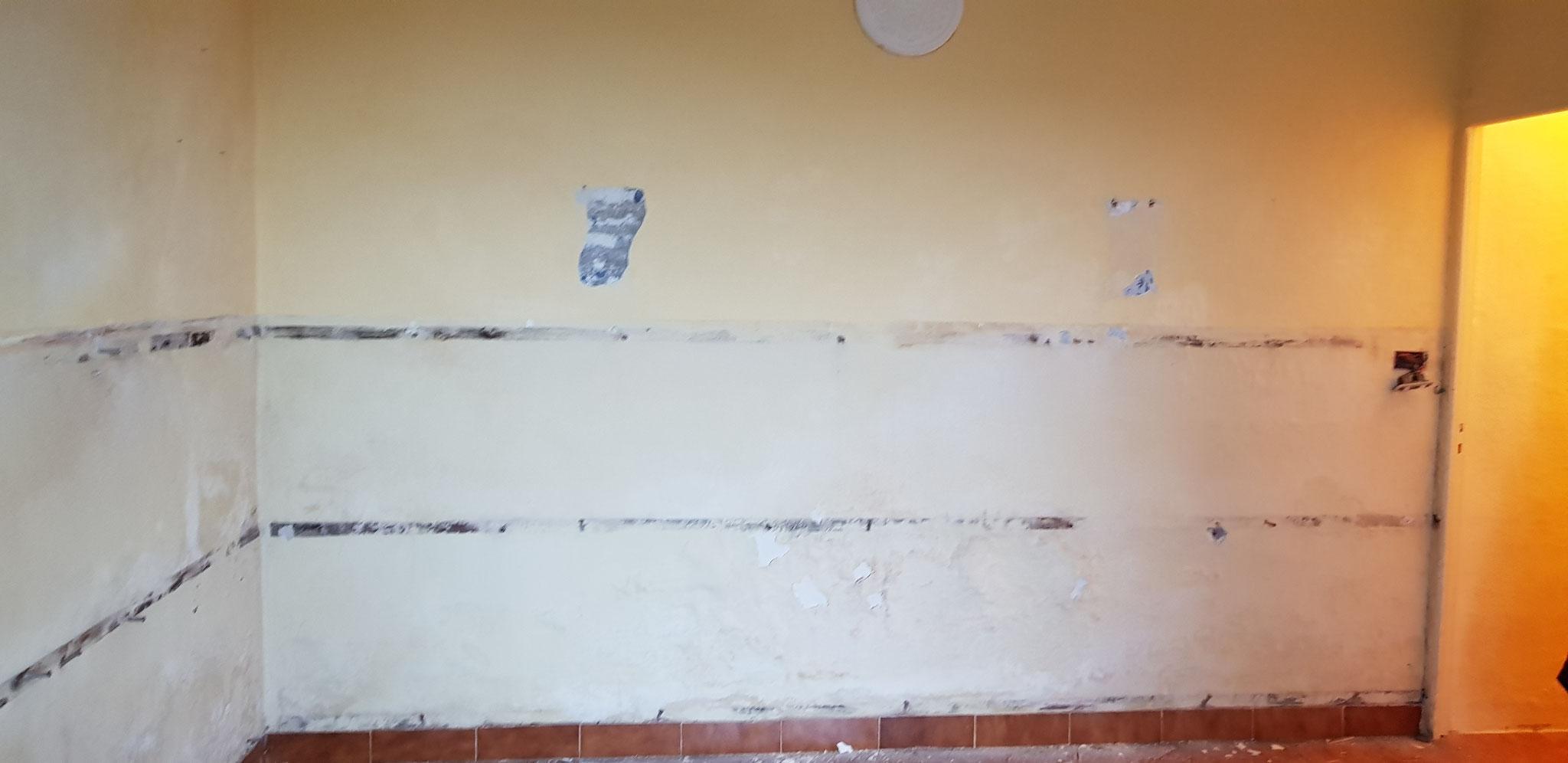 War einmal die Wandtäfelung weg, sah man die feuchten und grauen Stellen.