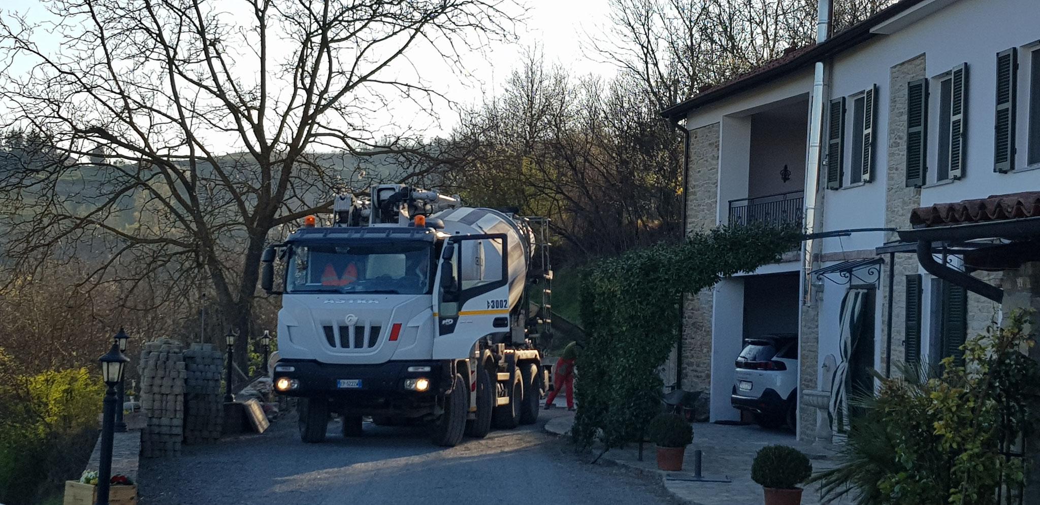 Und wieder ein grosser Lastwagen auf unserem Grundstück. Sie wissen einfach, wie das Manövrieren geht.