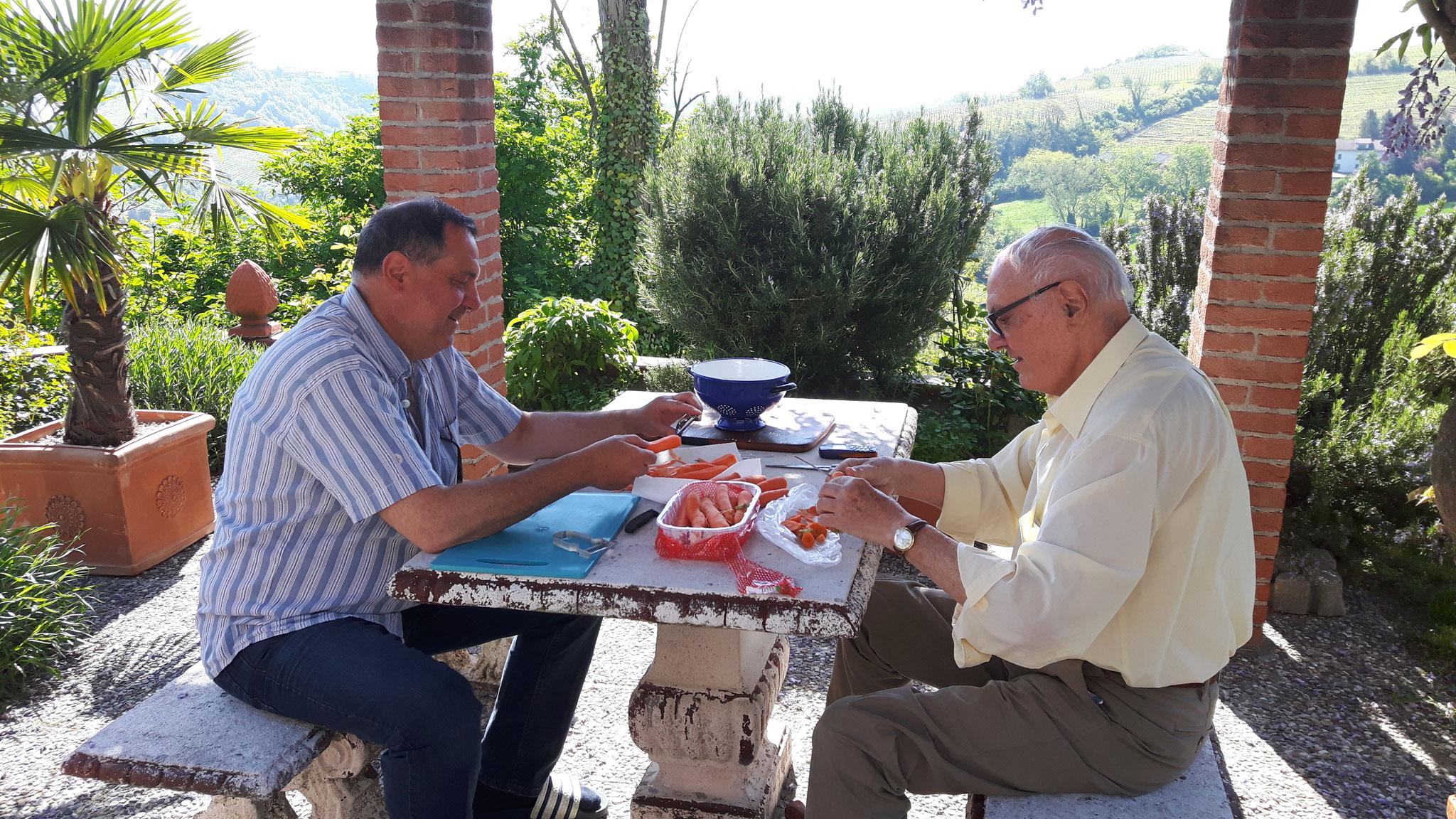 Vater und Sohn schnippseln für die Gäste.