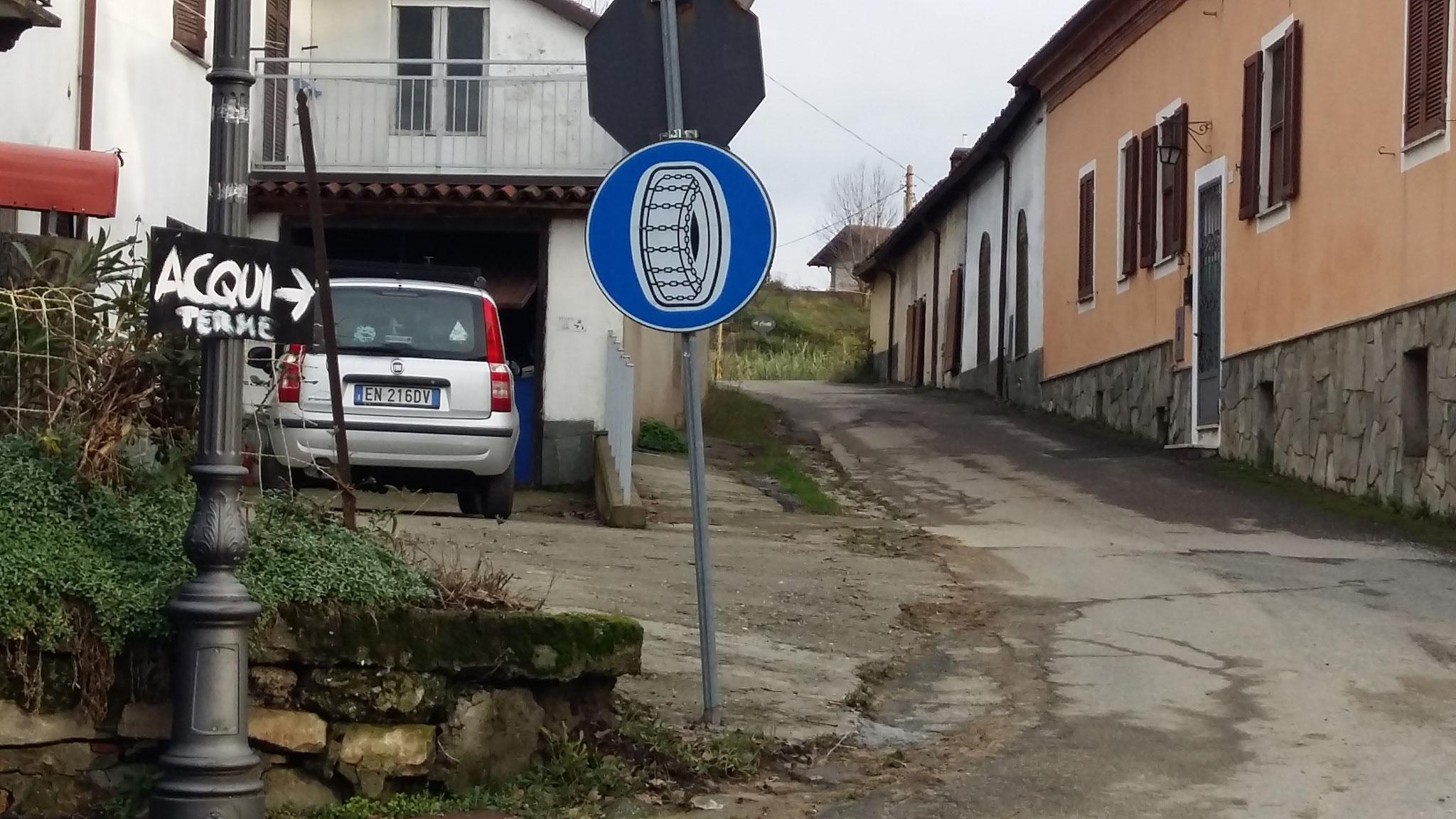 Behelfsmässig wird auf der Tafel hingwiesen, dass es nur auf unserem Strässchen nach Acqui Terme geht.