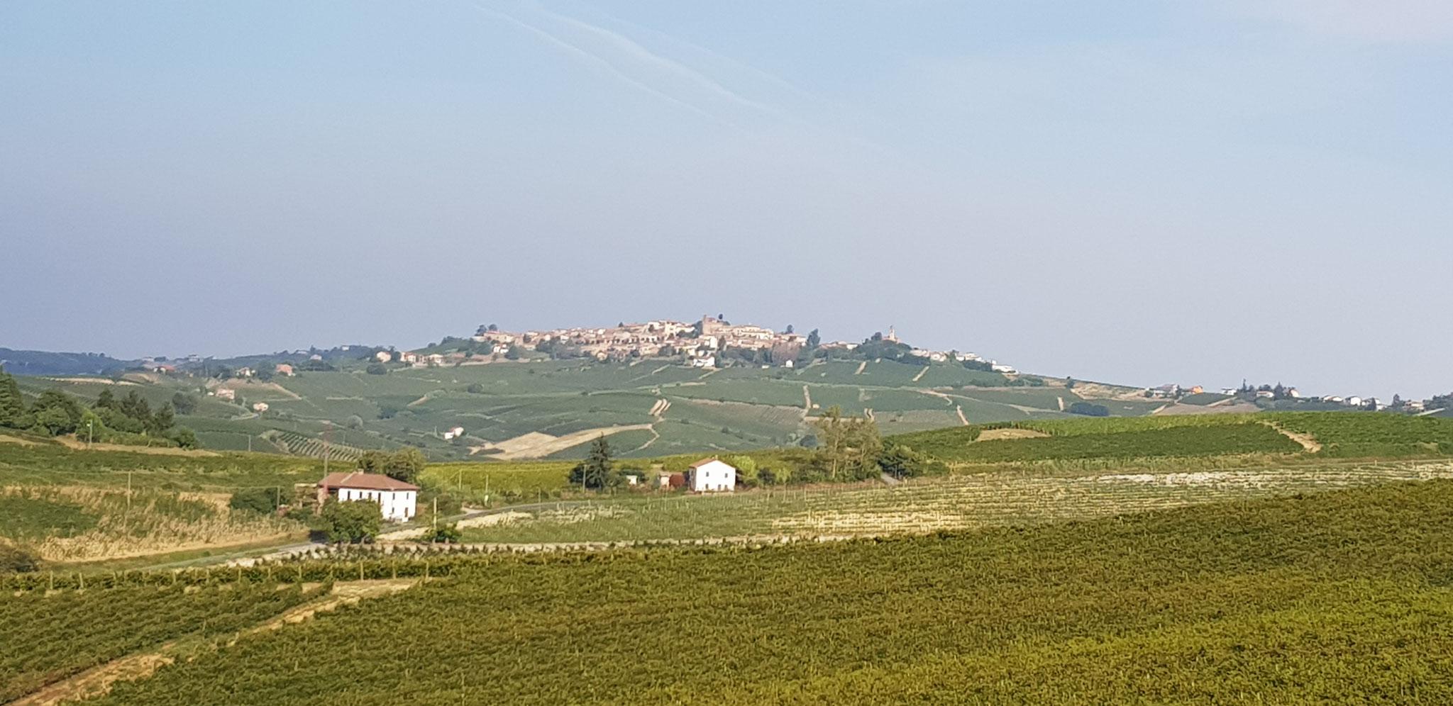 Die Dörfer auf den Hügeln als Wegbegleiter.