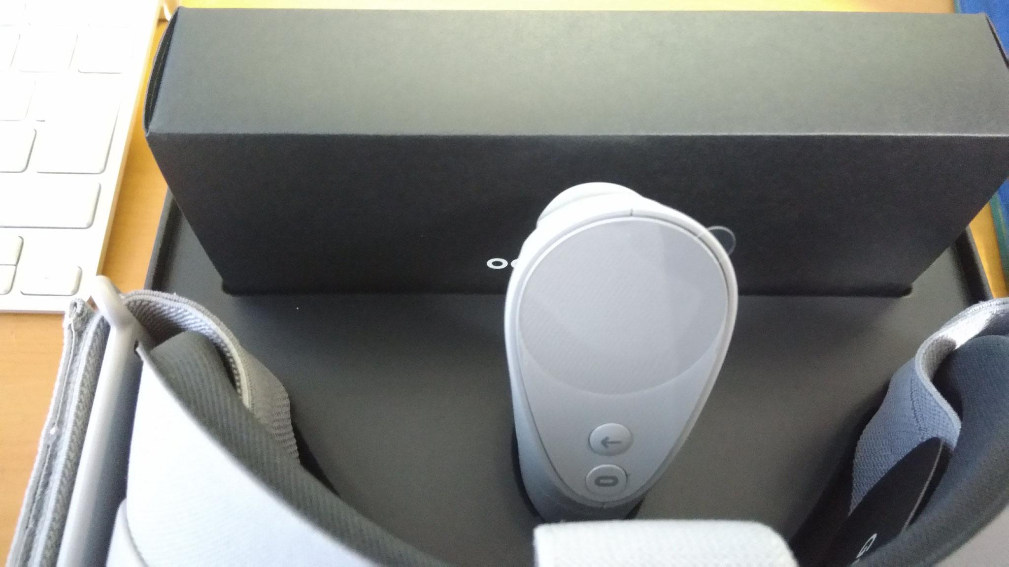 これがコントローラーです。本体、コントローラーともにプラスティック製ですが、結構質感は高いです。