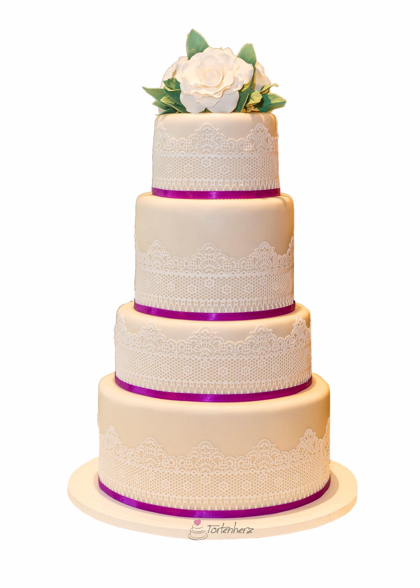 6stöckige Hochzeitstorte mit Spitze und Zuckerblumen