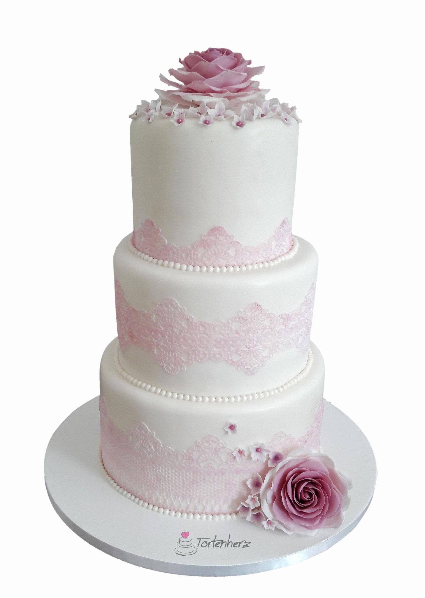 Hochzeitstorte mit Spitze und Zuckerblumen