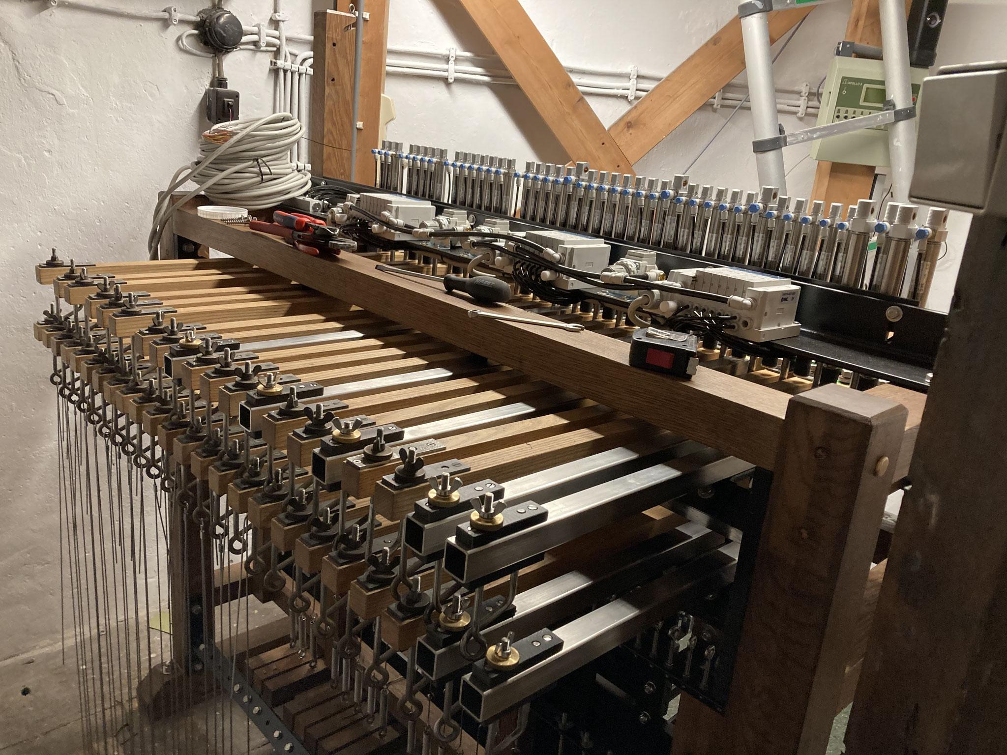 Achterkant klavier met pneumaat en metalen stokken voor de laagste klokken