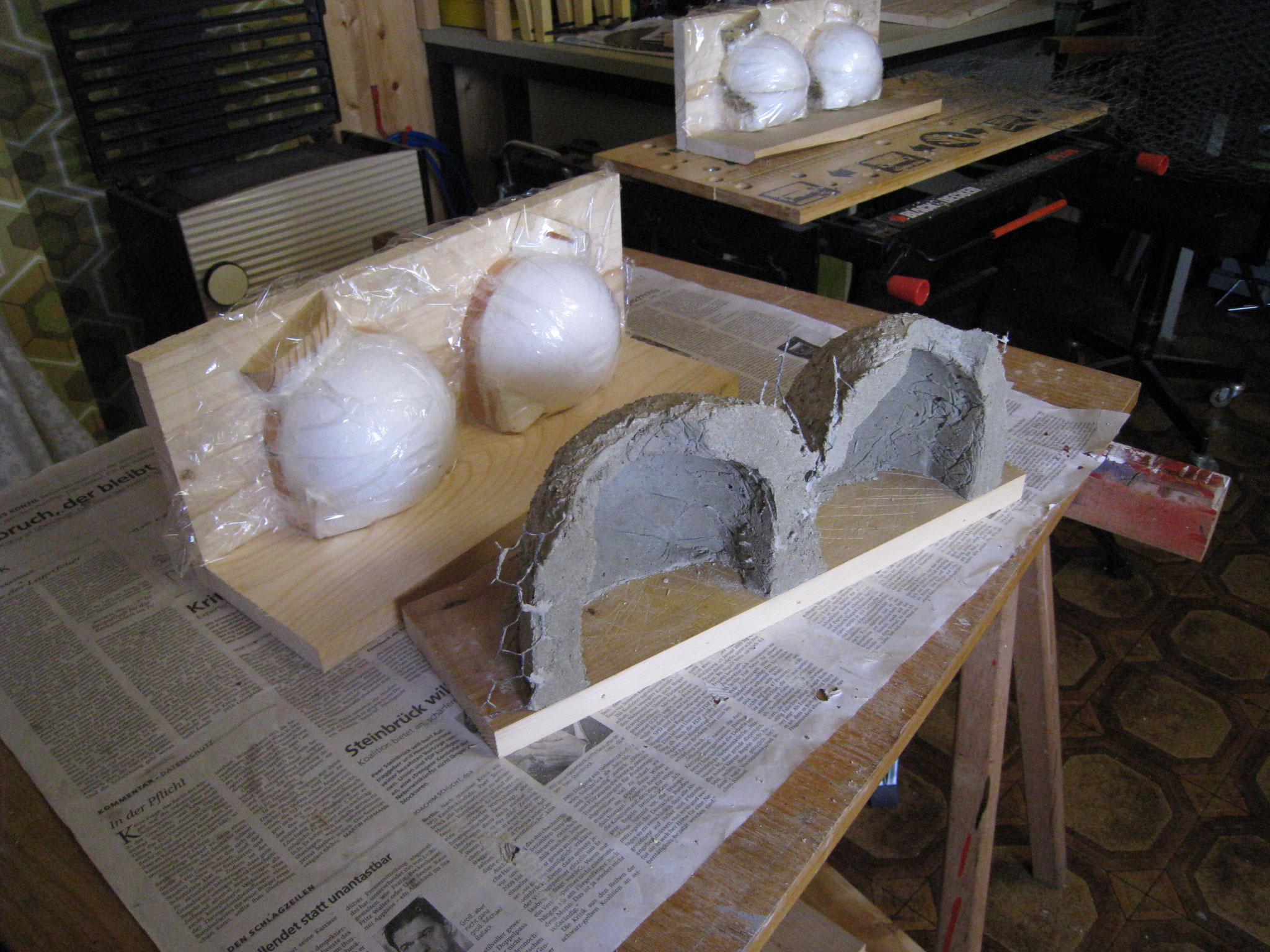 Mehlschwalbennester im Bau mit Formen