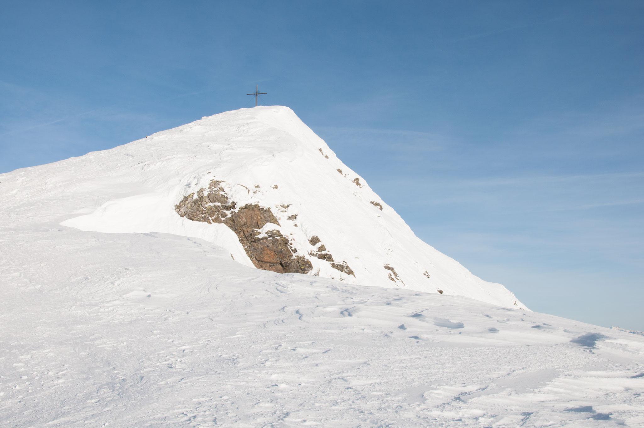Nach einer kurzen flacheren Passage, wartet der Gipfelhang mit den letzten Metern auf uns. Das Gipfelkreuz ist schon nah.