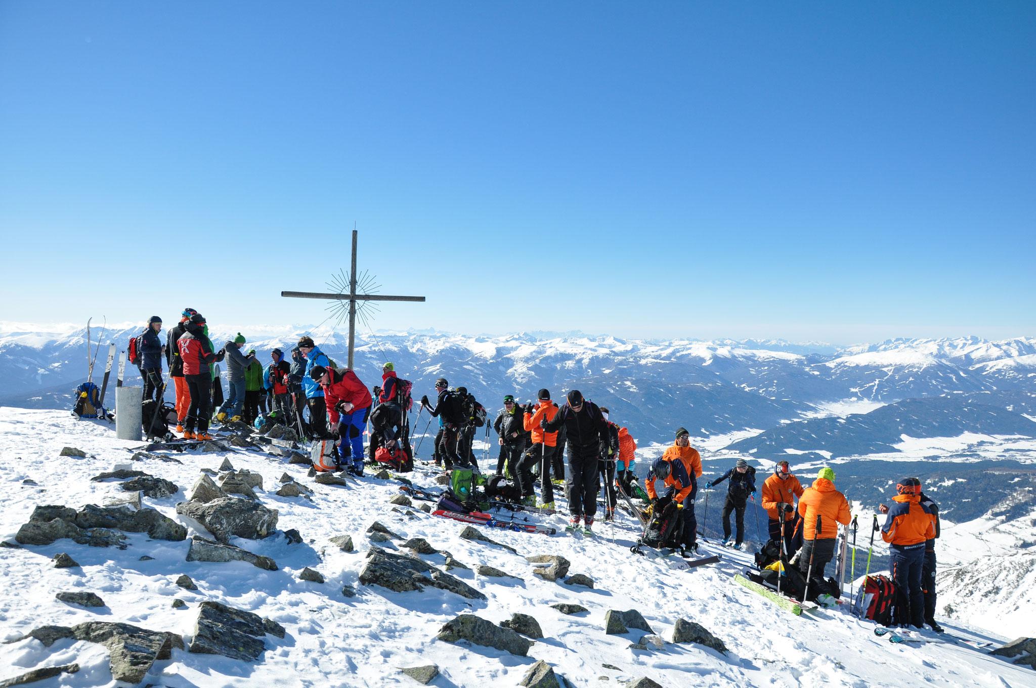 Geschafft. Am Gipfel warten wir mit einer Stärkung auf euch. Die zahlreichen Zuschauer sorgen für eine perfekte Stimmung.